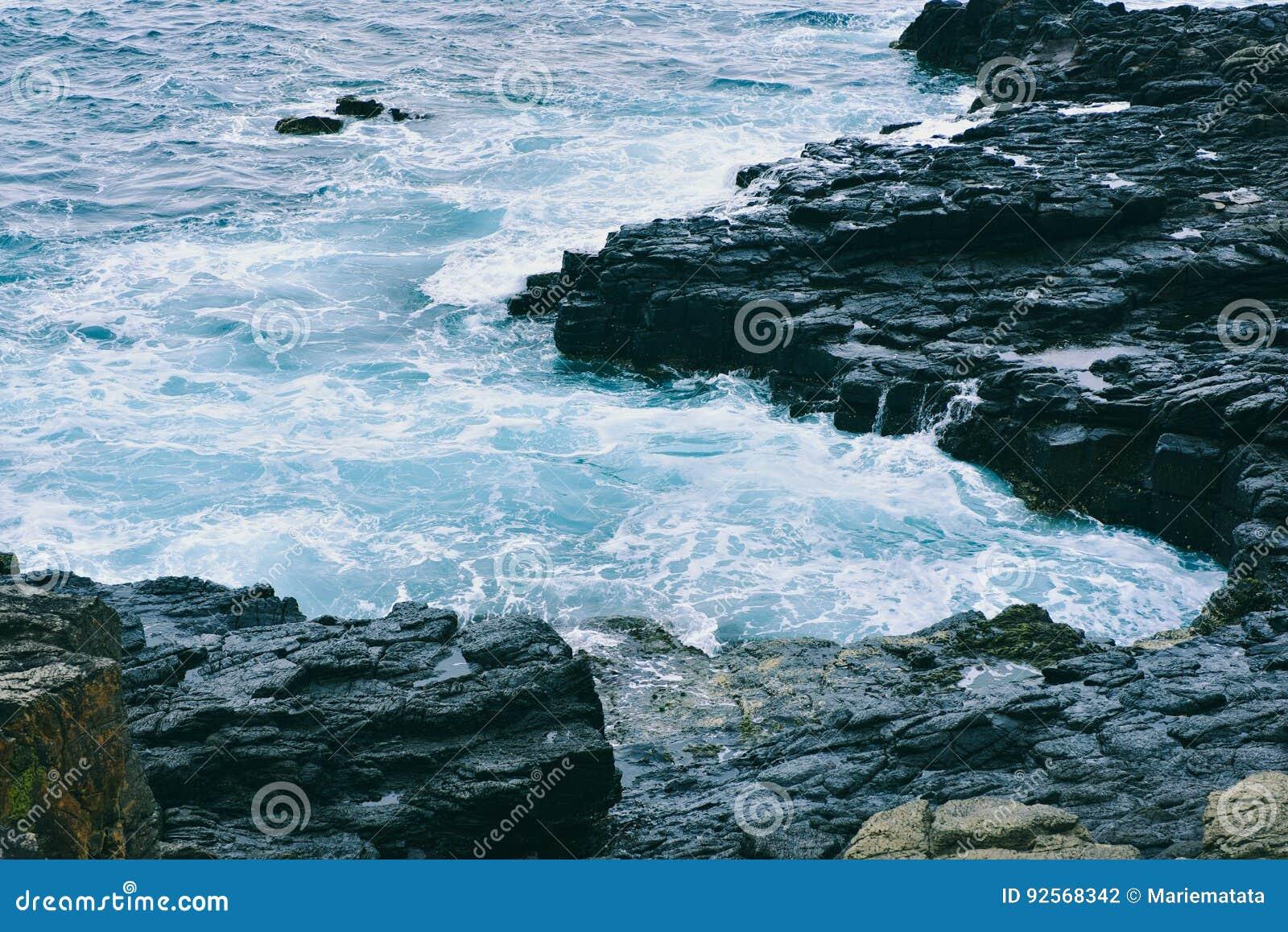 Le onde hanno colpito le rocce