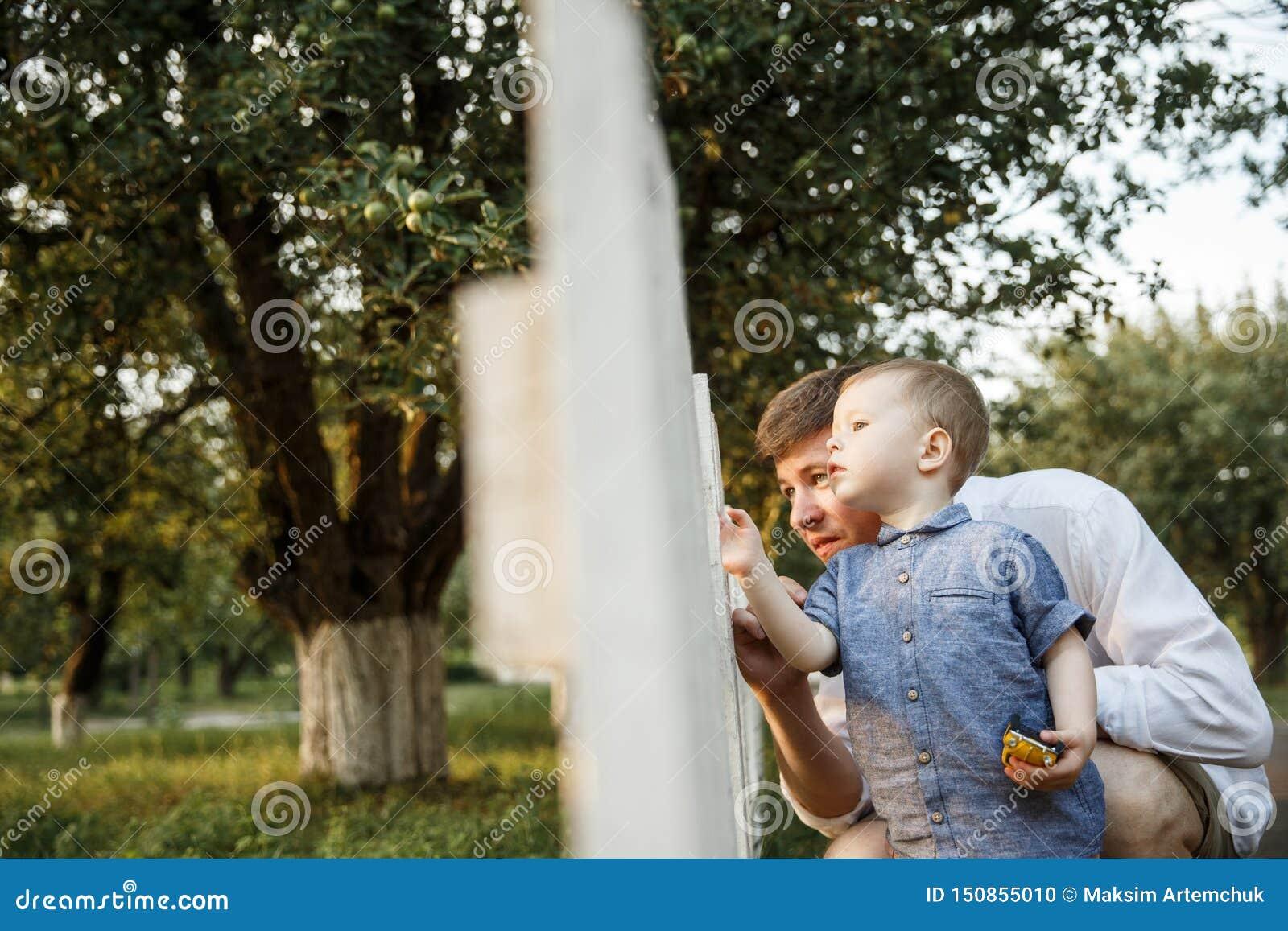 Le père et son fils marchent en parc