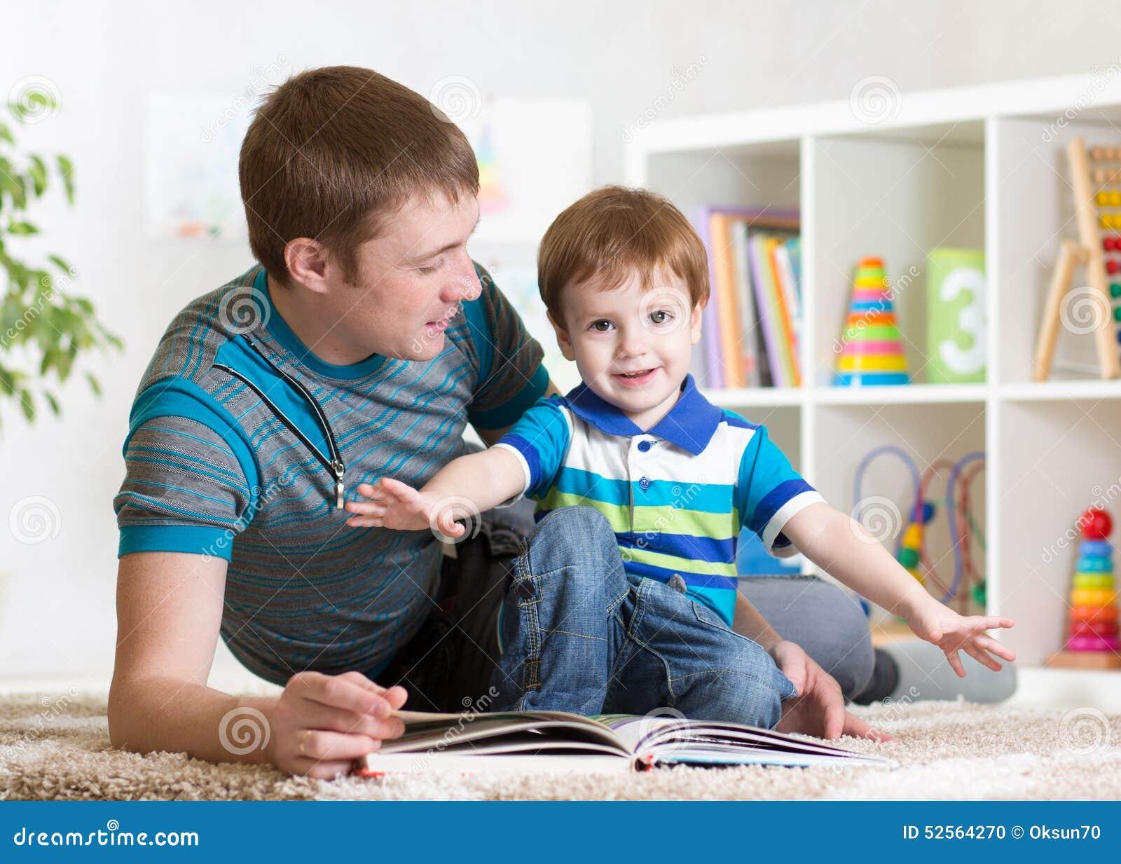Le père heureux a lu un livre à l enfant