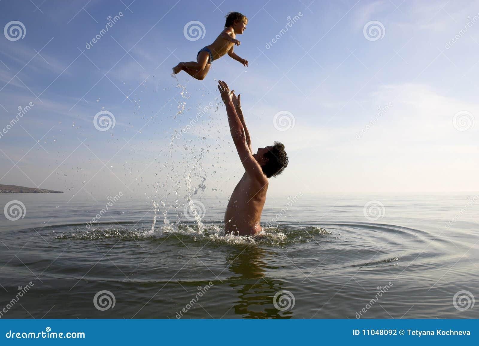 Le père jette en l air vers le haut d un enfant