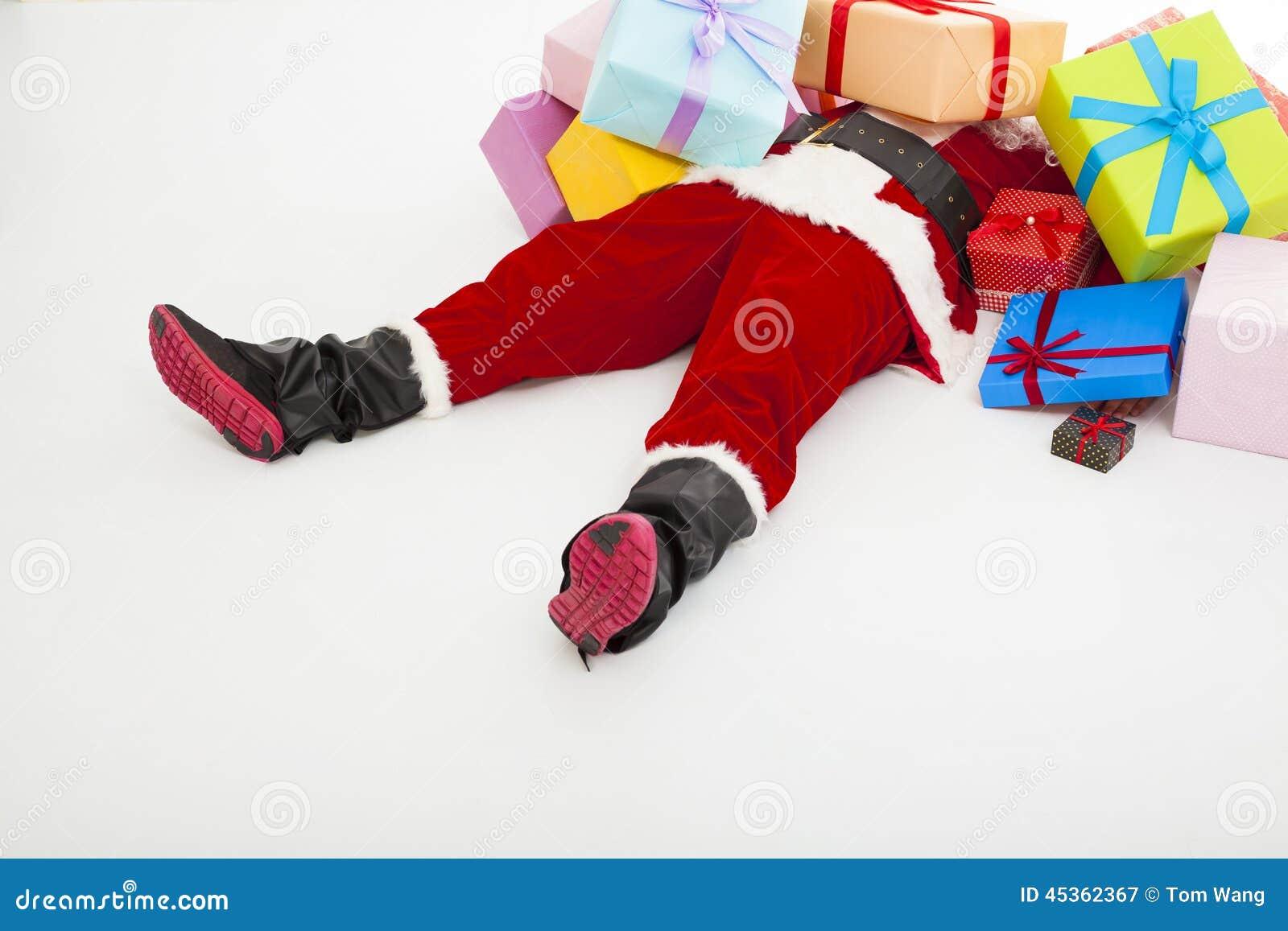 Le père noël a aussi fatigué pour se trouver sur le plancher avec beaucoup de boîte-cadeau