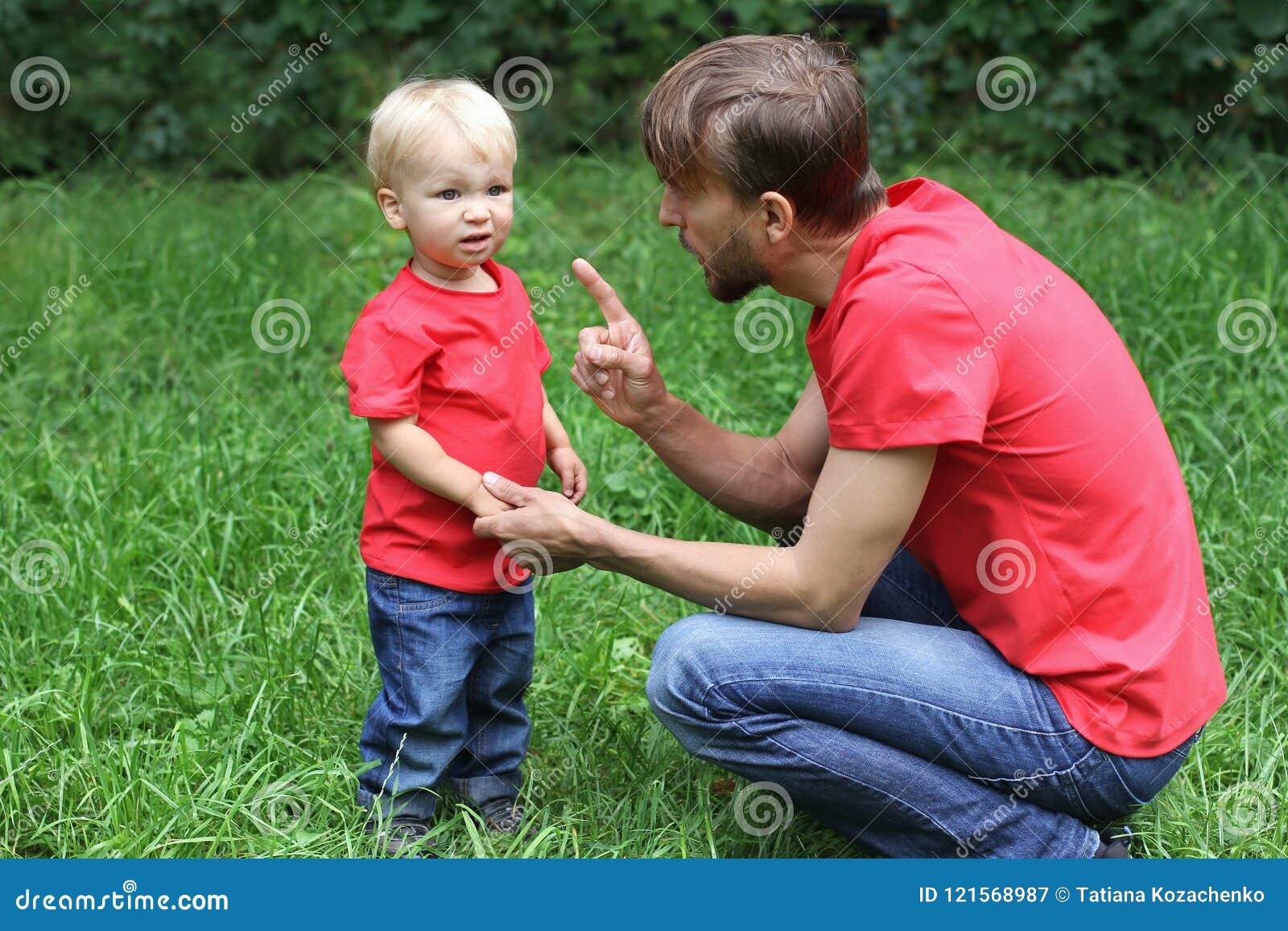 Le père parle avec émotion avec un enfant frustrant Enfant en bas âge bouleversé et son papa Concept de difficultés de Parenting
