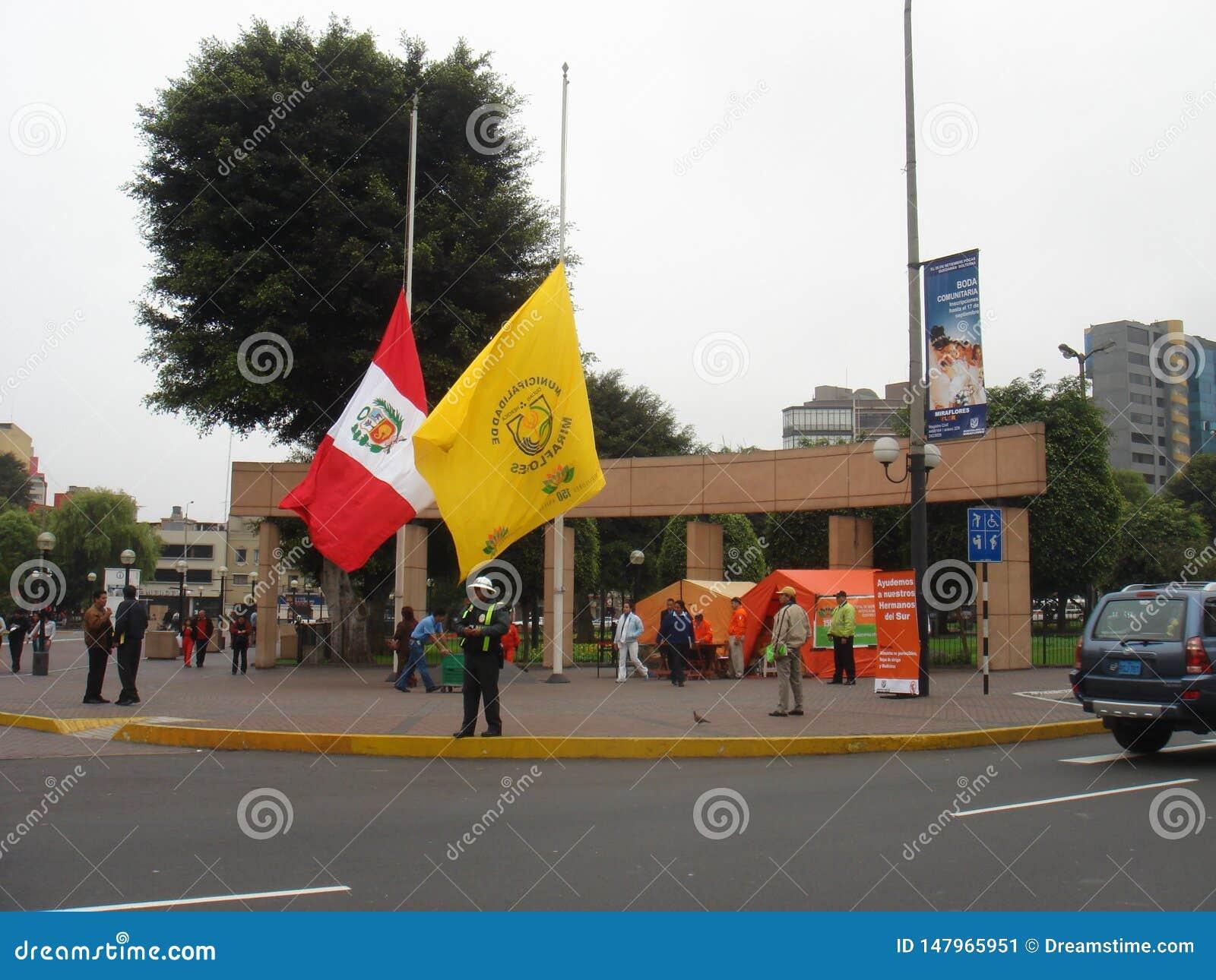 Le Pérou a abaissé un drapeau au mi-mât le 18 août 2007 dû tremblement de terre of15 en août 2007, 150 kilomètres de 93MI au su