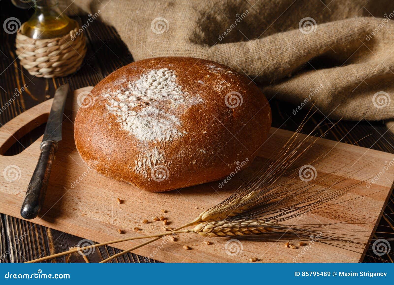 Le pain de seigle rural se trouve sur une table