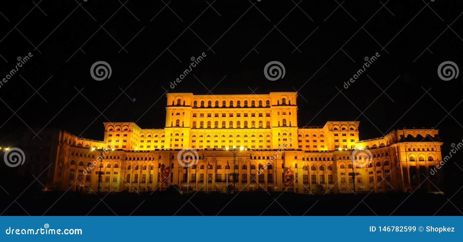 Le palais du Parlement, Bucarest, Roumanie Vue de nuit de la place centrale
