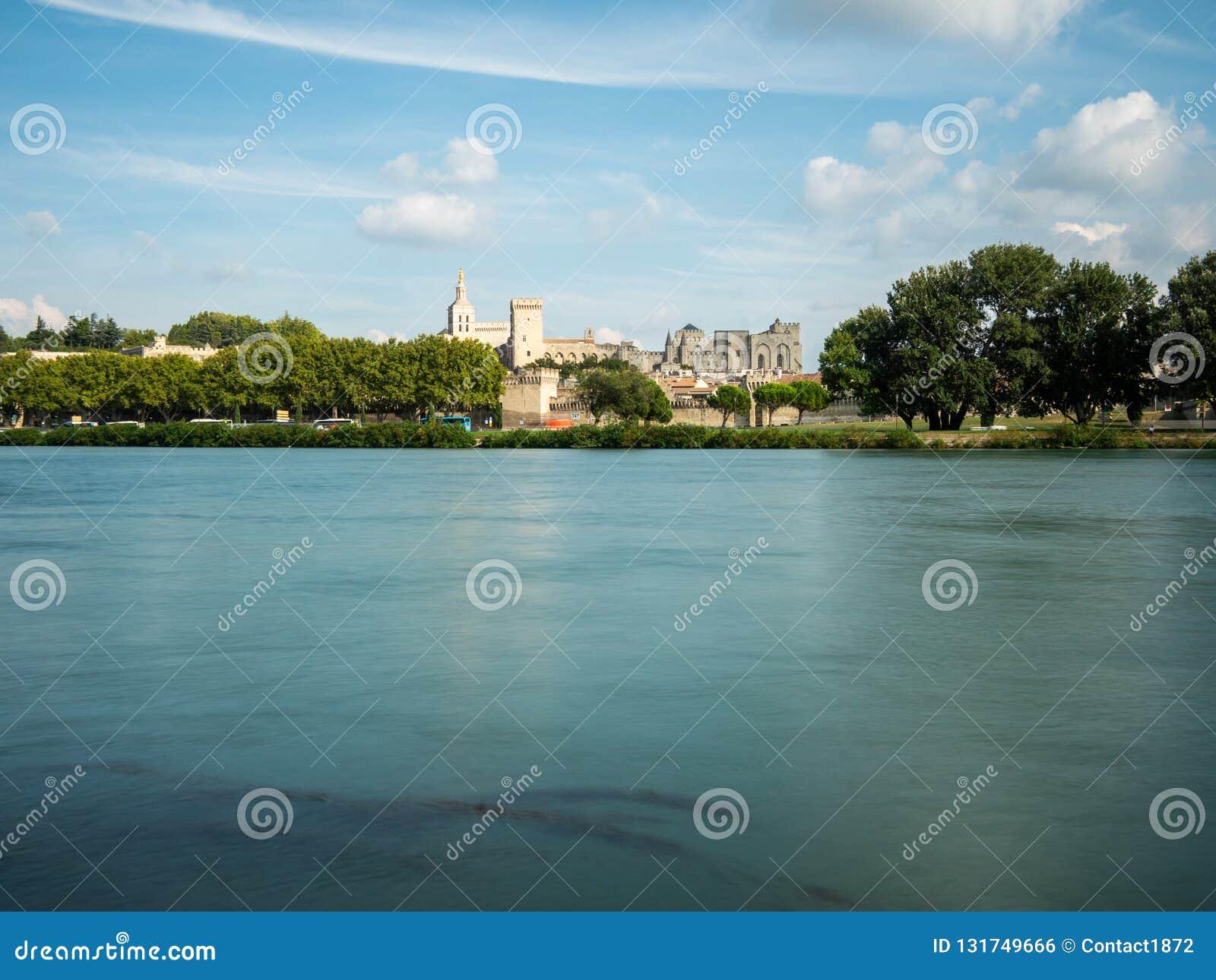 Le palais papal sont l attraction deux touristique établie dans le temps médiéval, à Avignon, la France du sud Le Rhône croisent