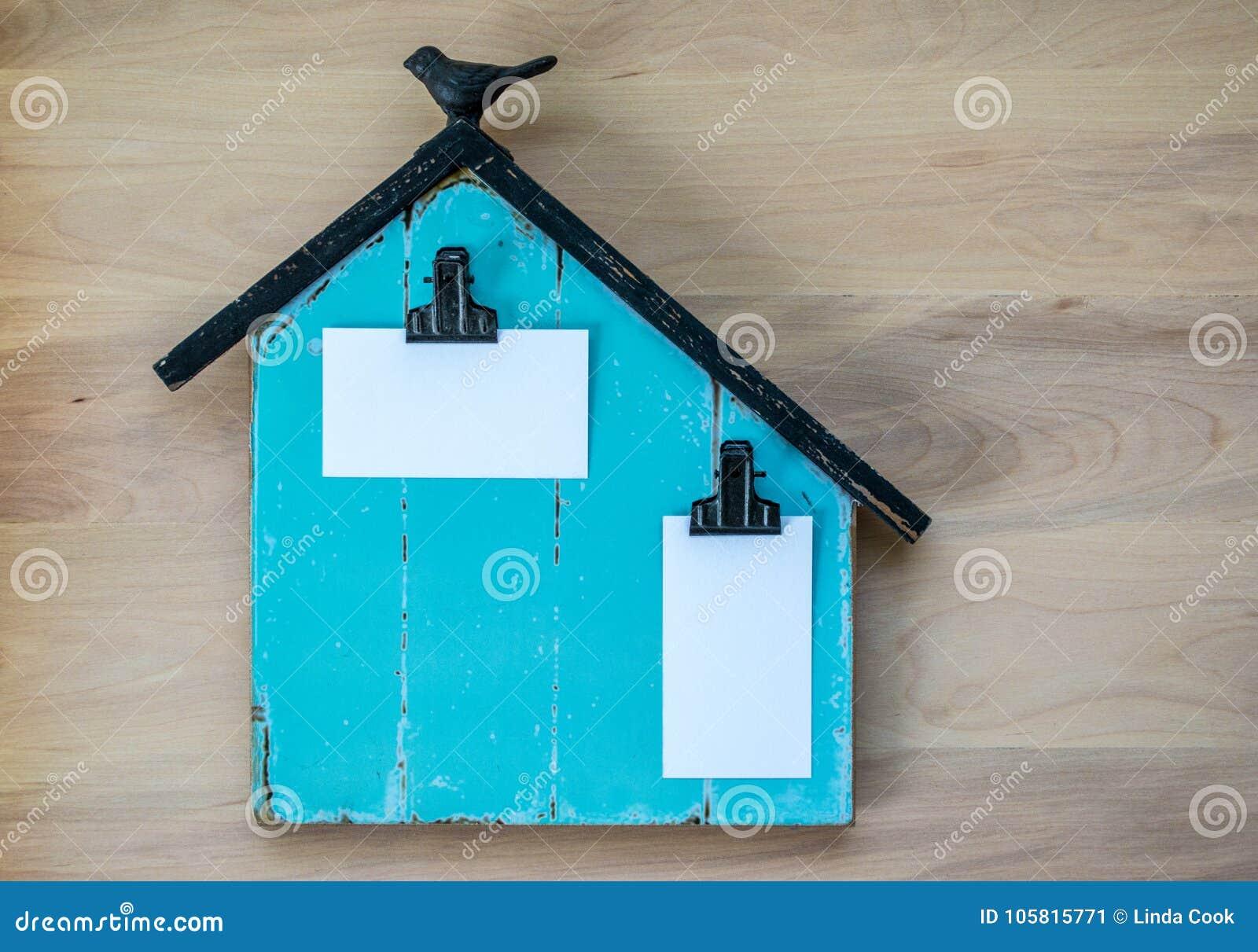 La Turquoise Et Le Panneau Noir De Note Ont Forme Comme Une Grange Avec Les Cartes Visite Professionnelle Vierges Attachees Pour Message