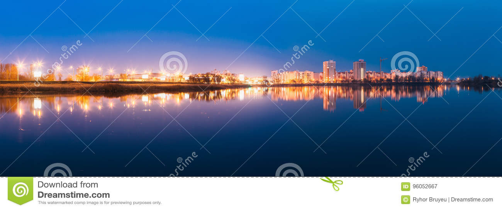 Le panorama de la zone résidentielle urbaine donne sur au lac ou à la rivière city