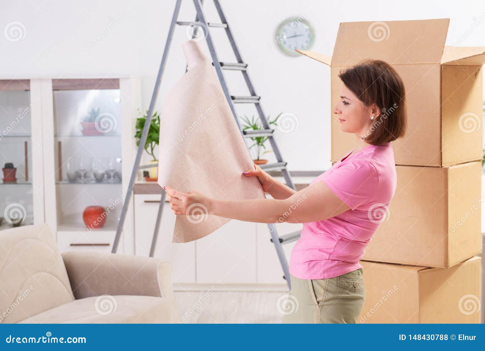 Le papier peint chosing de femme pour le renouvellement plat