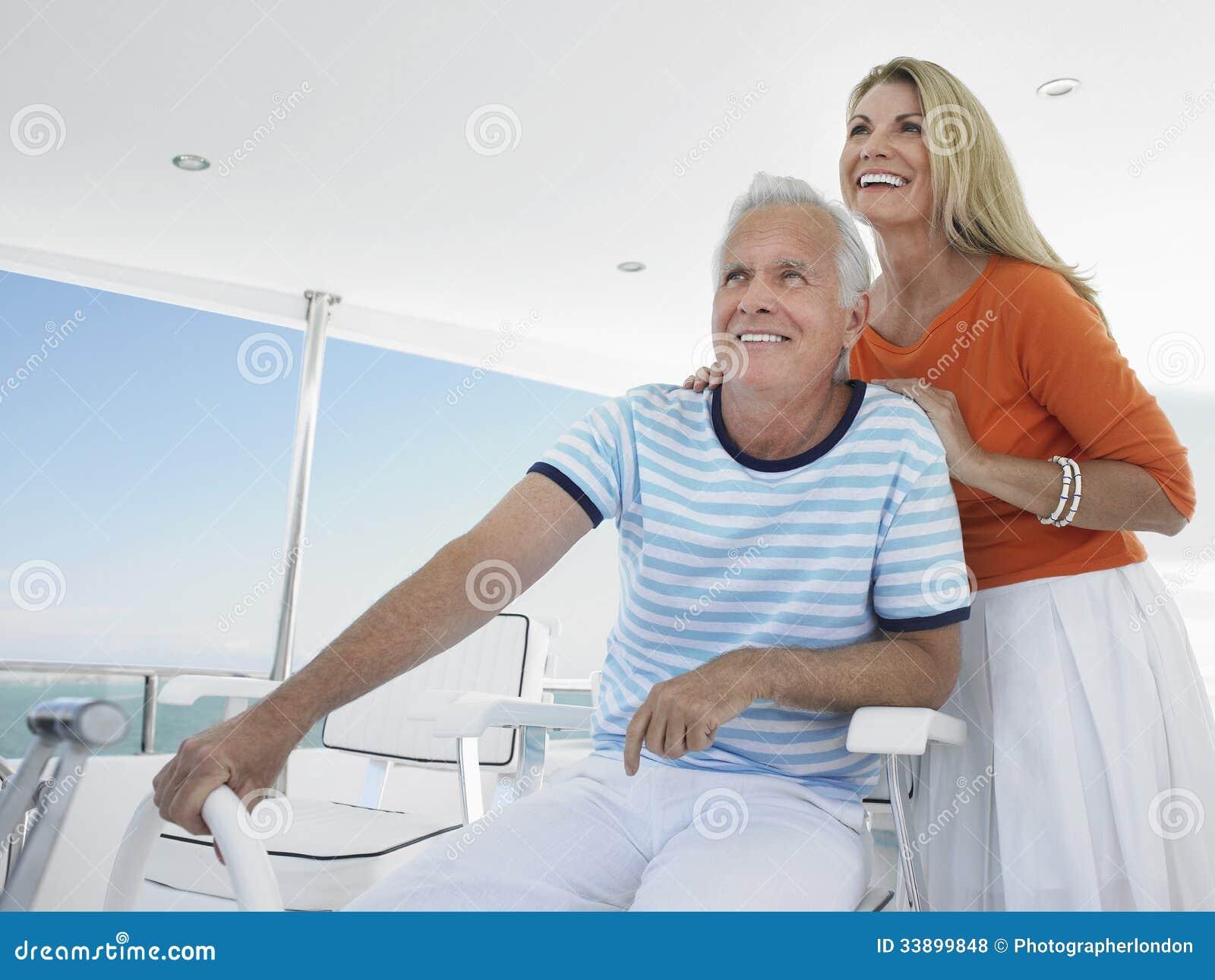 Le par på rodern av yachten