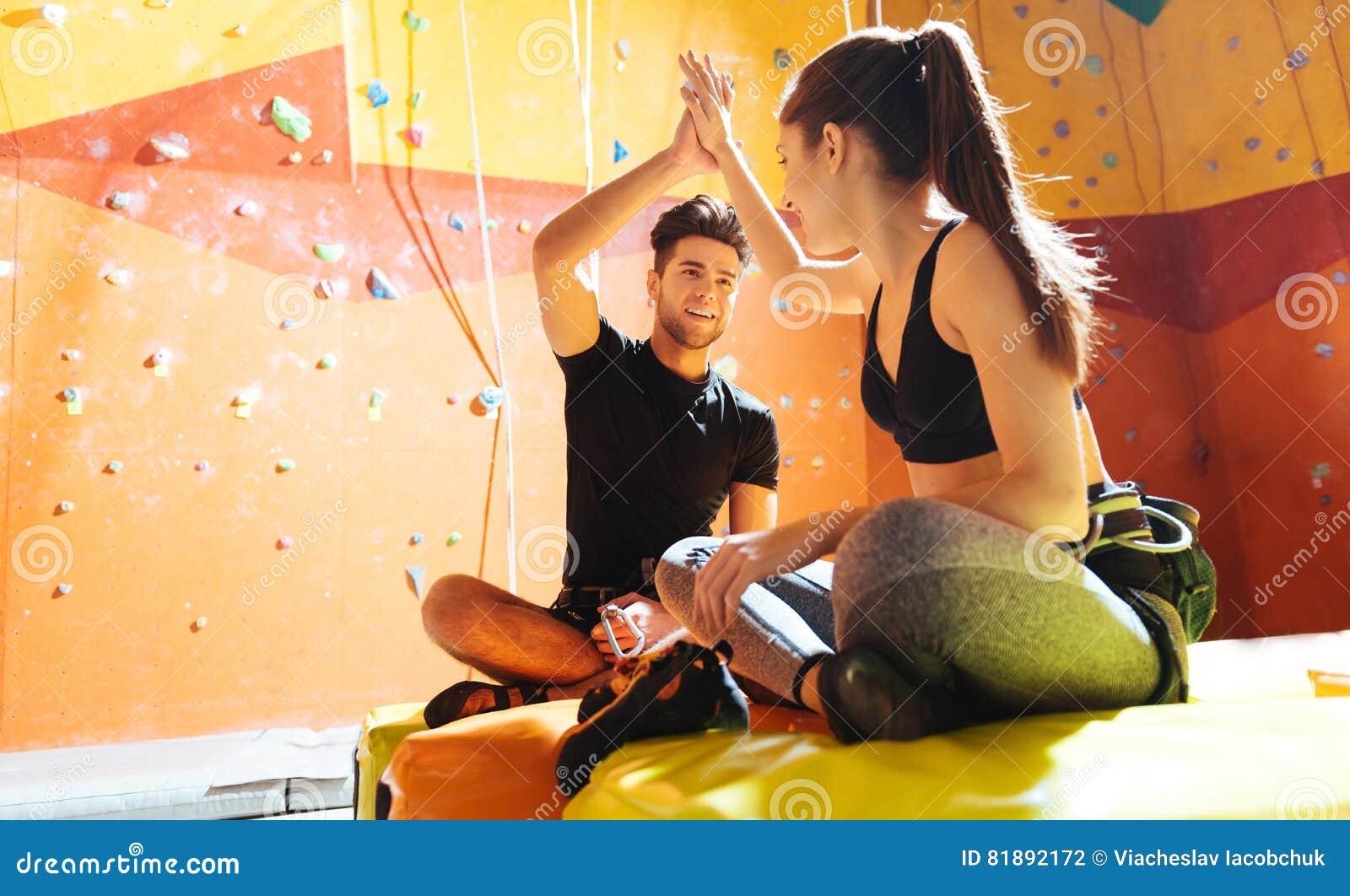Le par som ger höjdpunkt fem i en klättringidrottshall