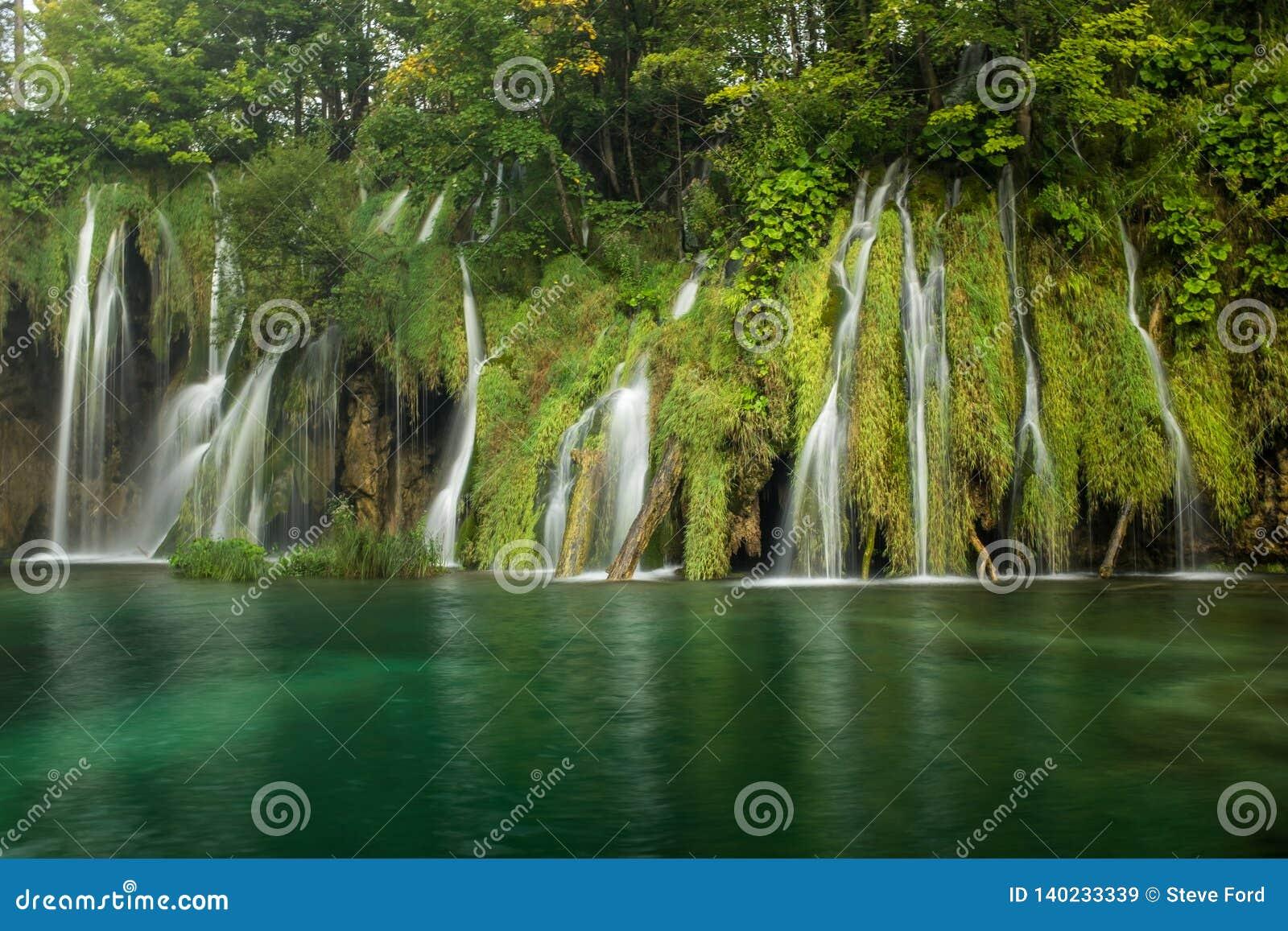 Le parc national de beau et renversant lac Plitvice, Croatie, tir large d une cascade
