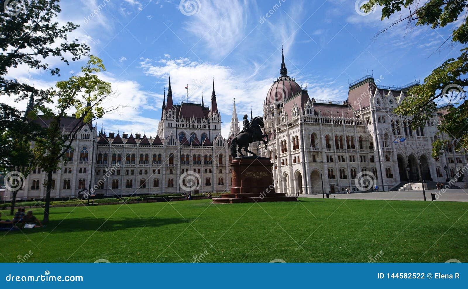 Le Parlement hongrois contre le ciel bleu