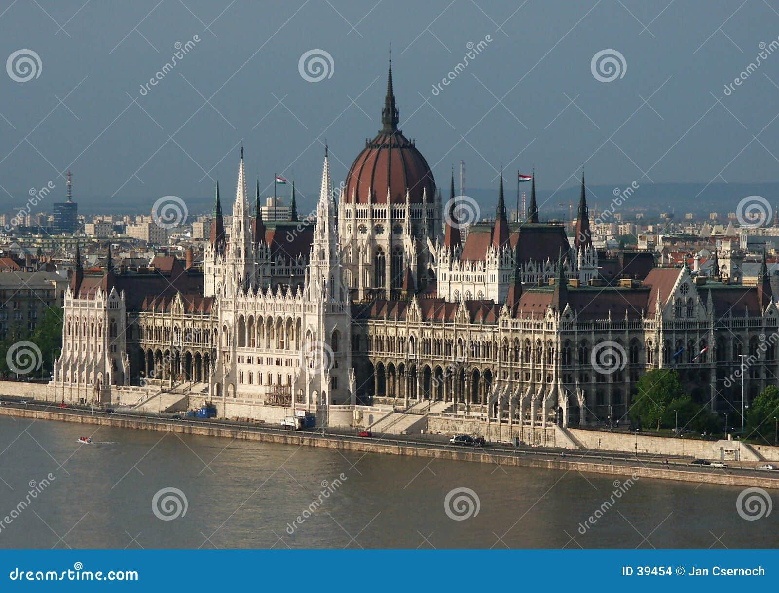 Le Parlement hongrois par le fleuve de Danube