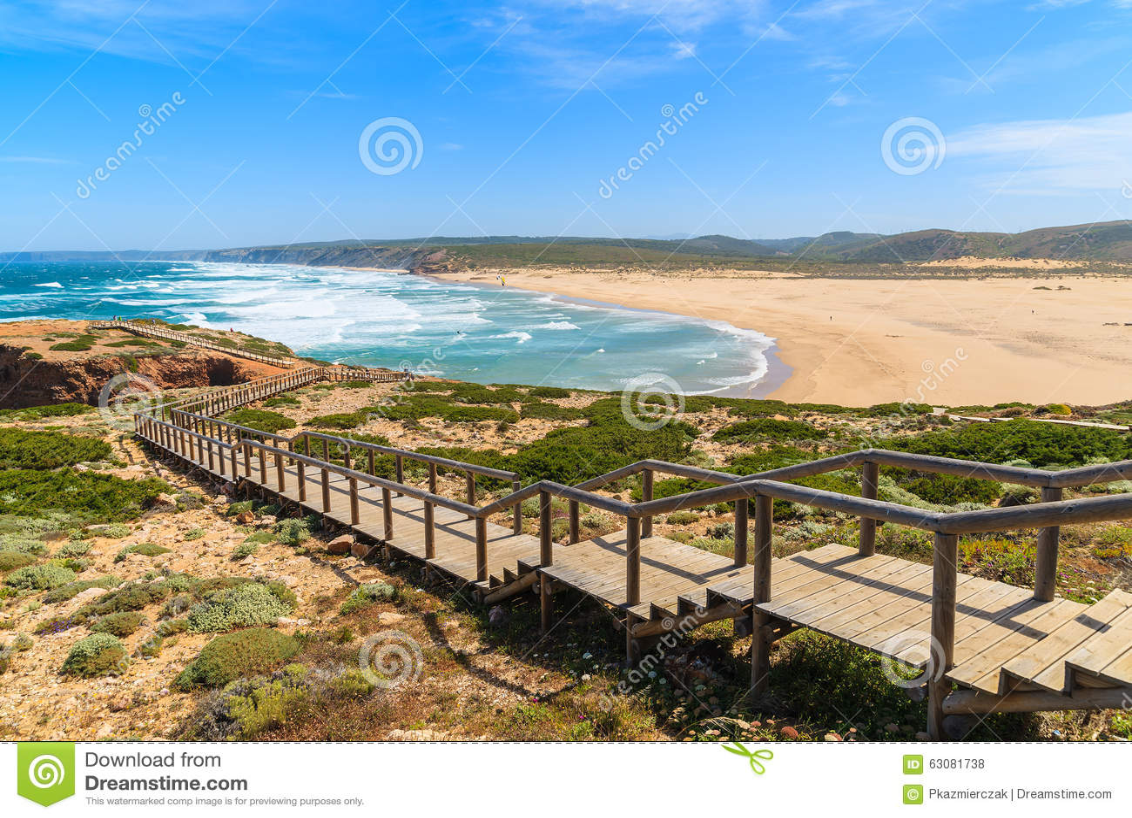 Download Le Passage Couvert En Bois Au Praia Font La Plage De Bordeira Photo stock - Image du espagne, océan: 63081738
