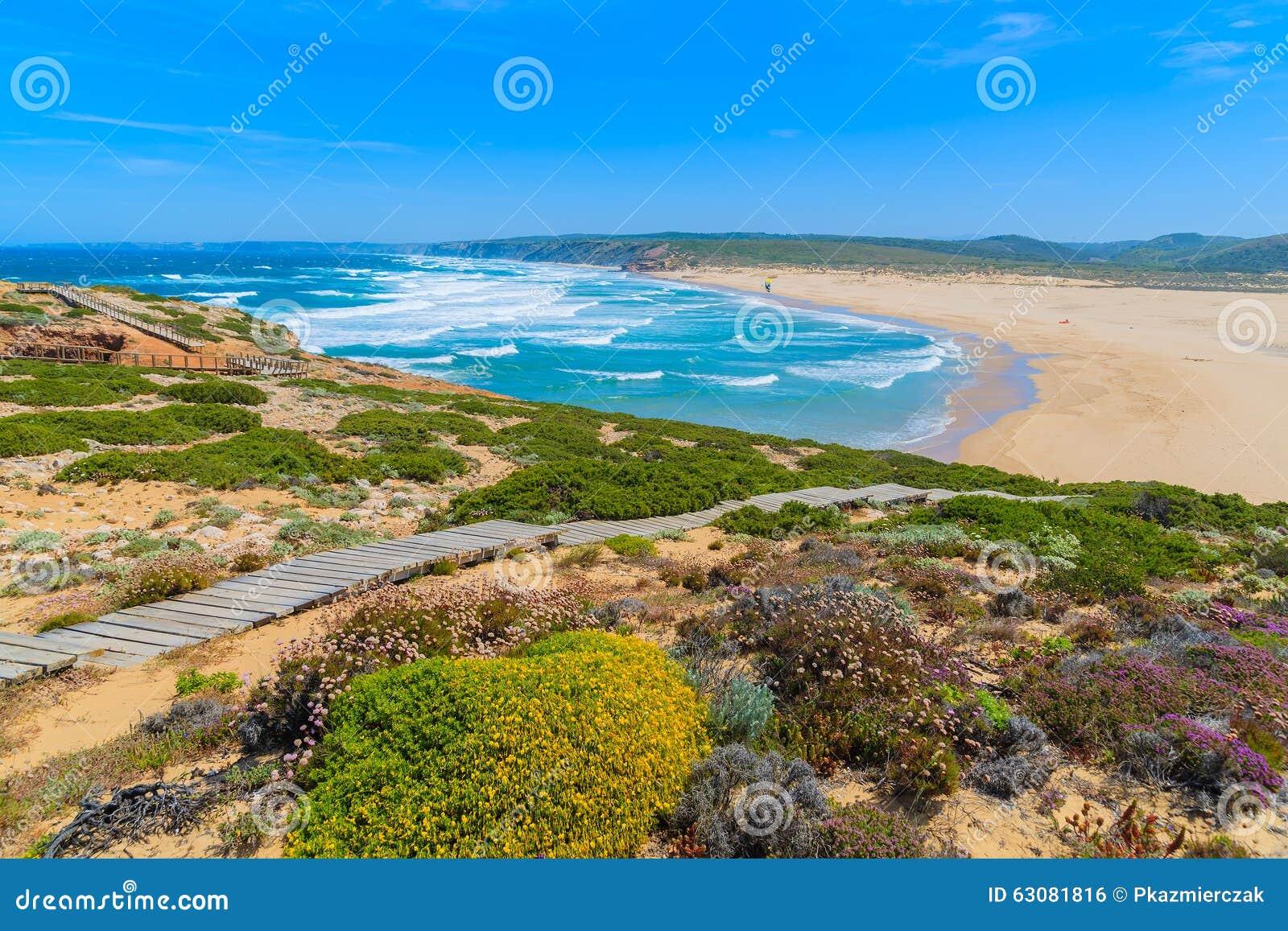 Download Le Passage Couvert En Bois Au Praia Font La Plage De Bordeira Photo stock - Image du sport, planche: 63081816