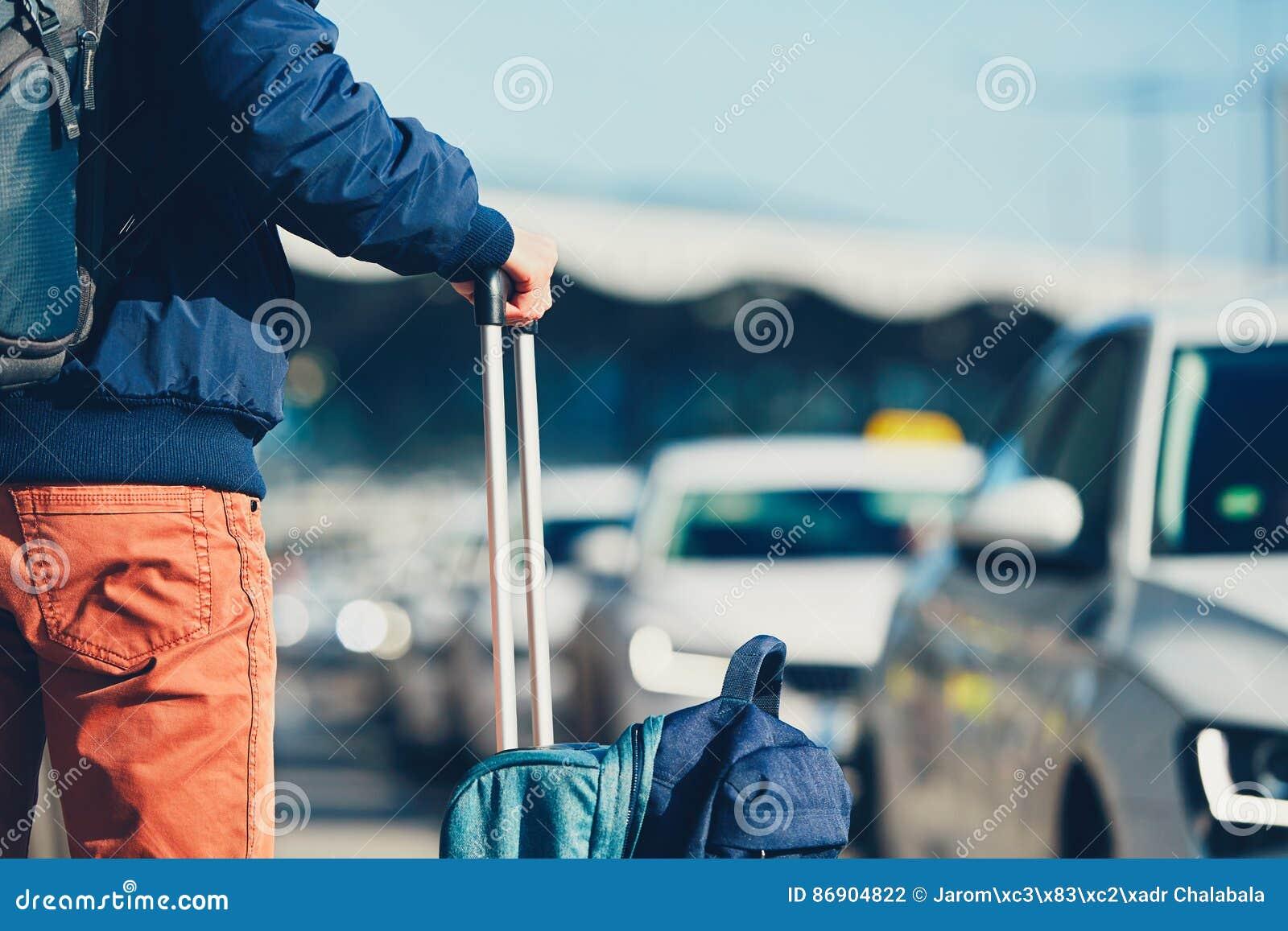 Le passager attend le taxi