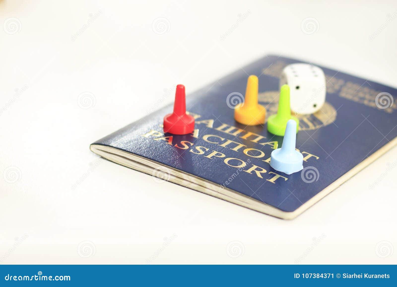 Le passeport, matrice et cartes de jouer centrent - le passeport Vous pouvez perdre tout - la vie Plan rapproché