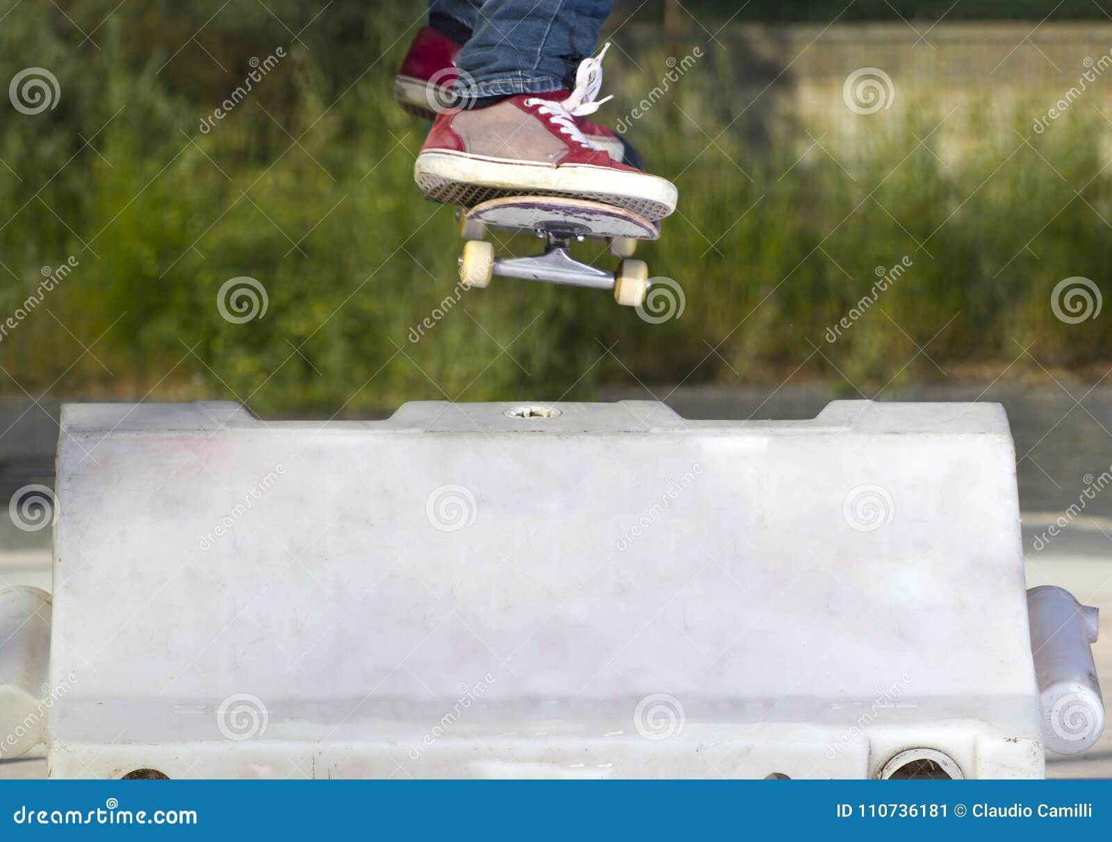 Le patineur sautent l obstacle