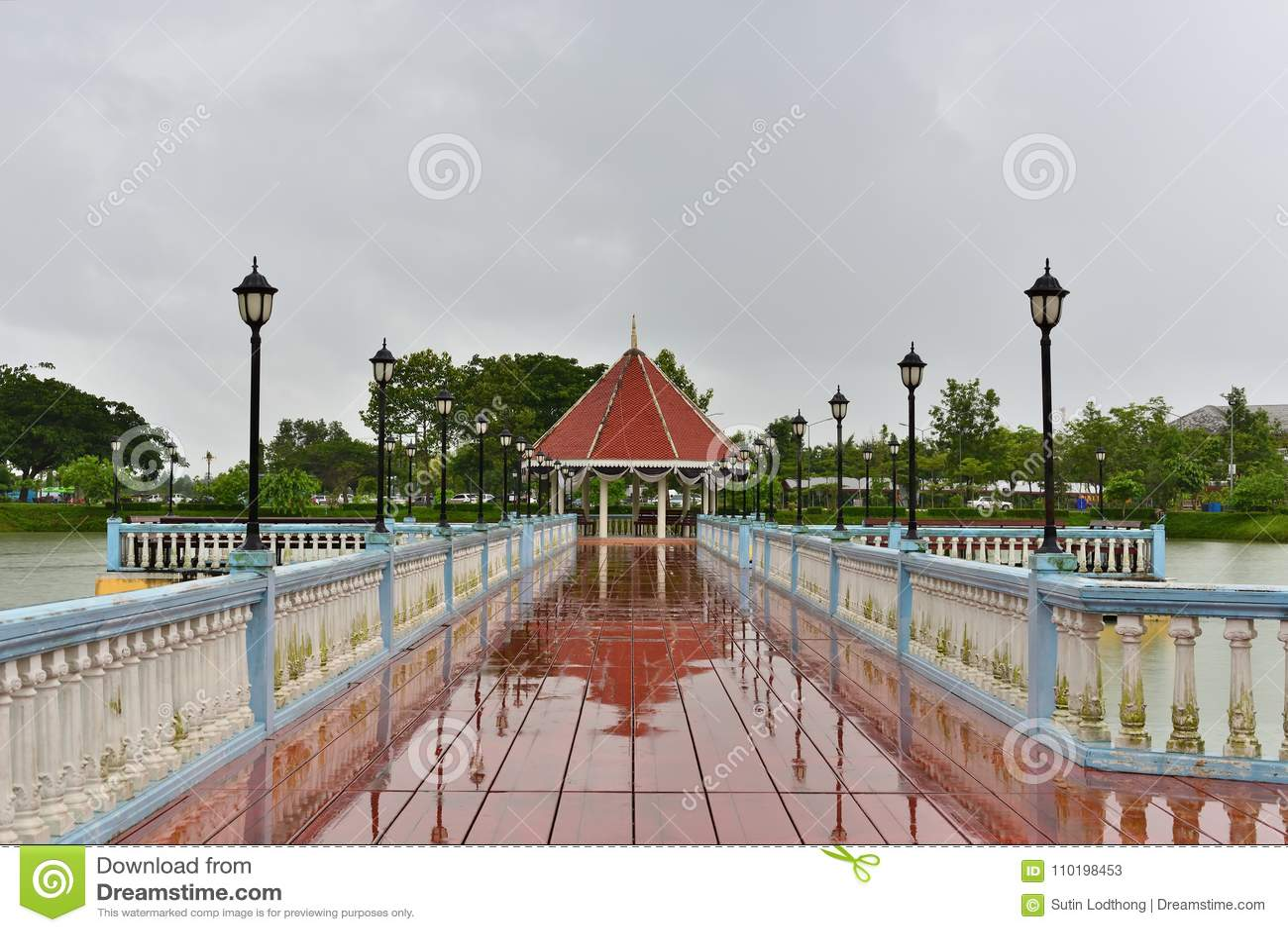 Le pavillon est au milieu de la piscine