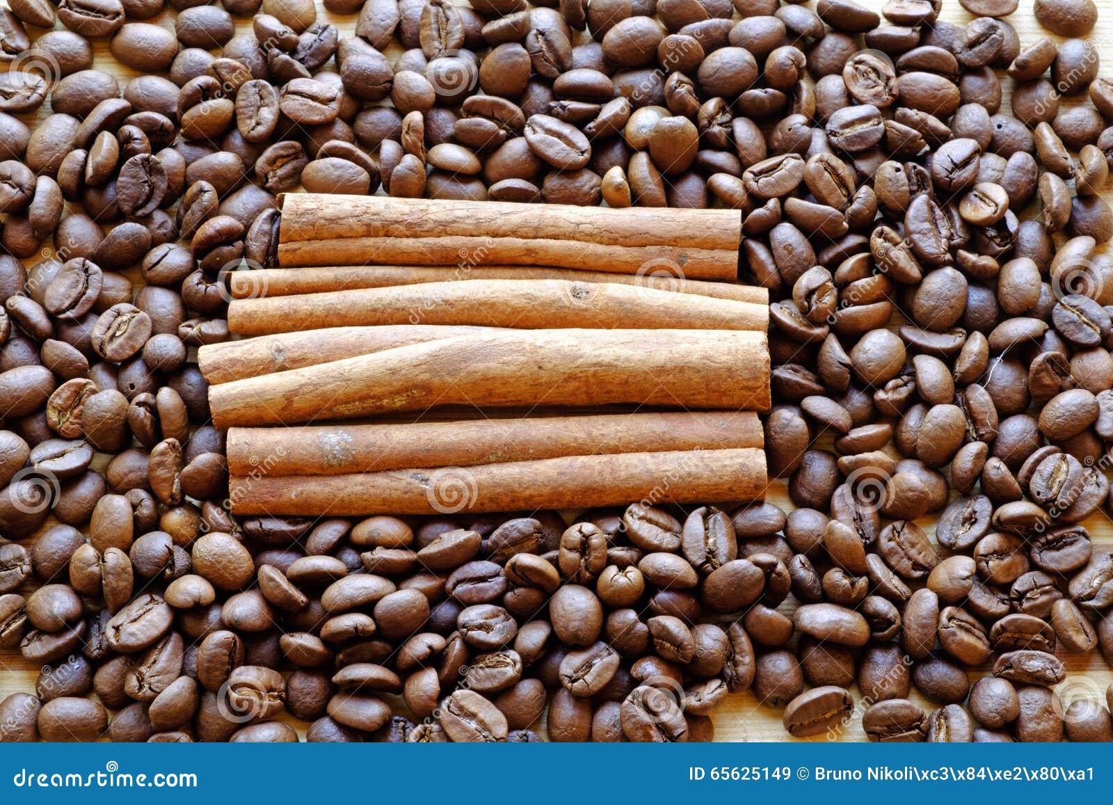 Le paysage carré serré de grains de café et de bâtons de cannelle complètent