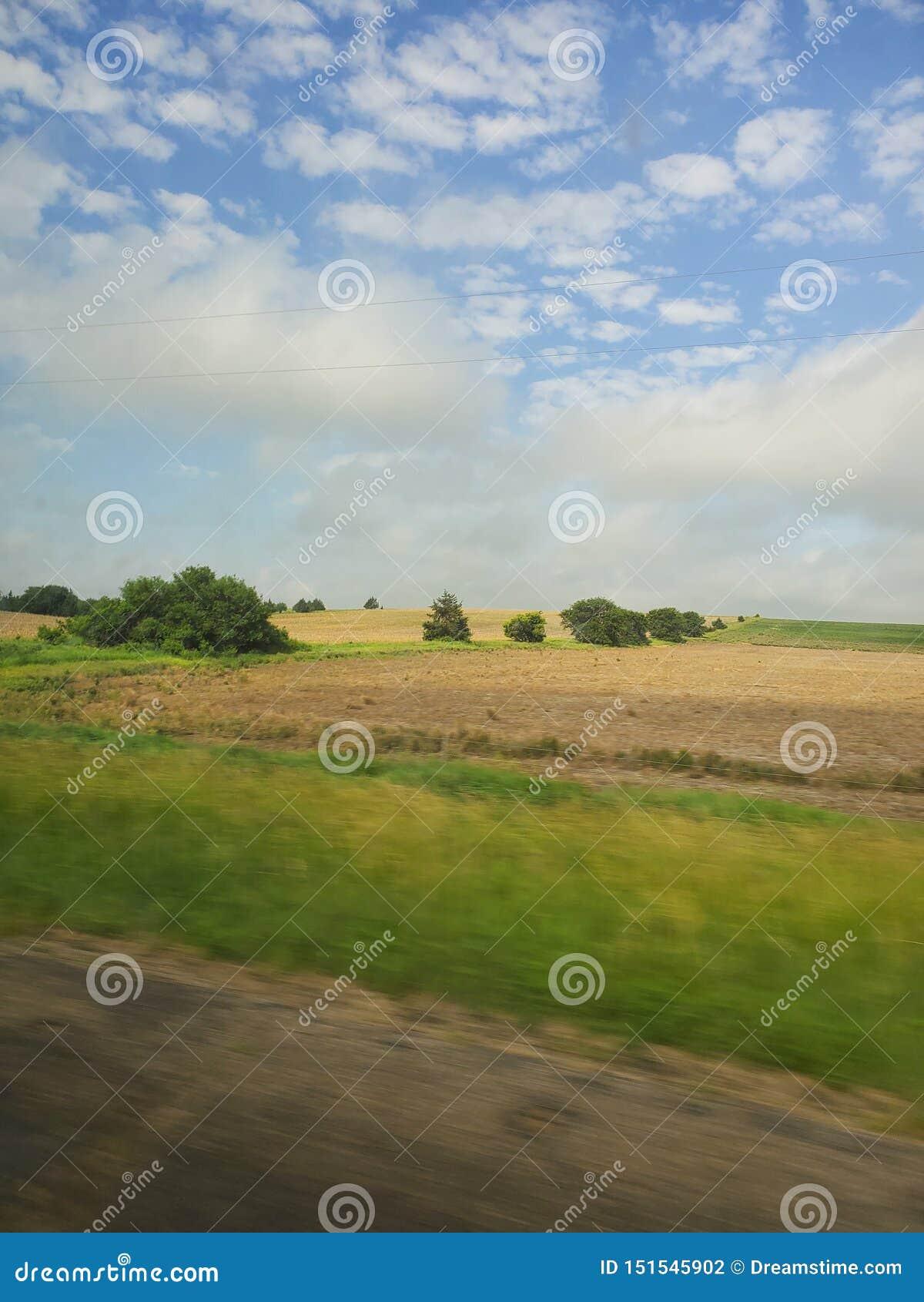 Le paysage de Grandes Plaines au Nébraska avec les cieux bleus