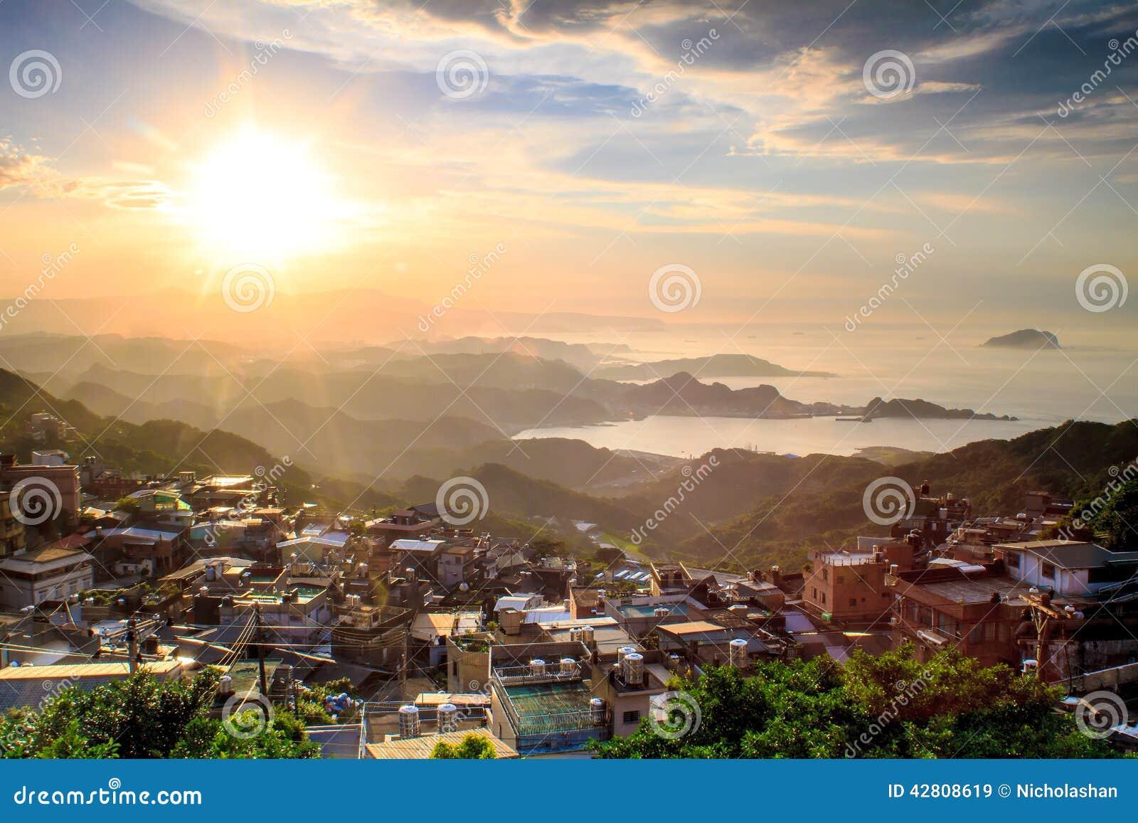 Le paysage de ville de montagne de bord de la mer dans for Paysage de ville