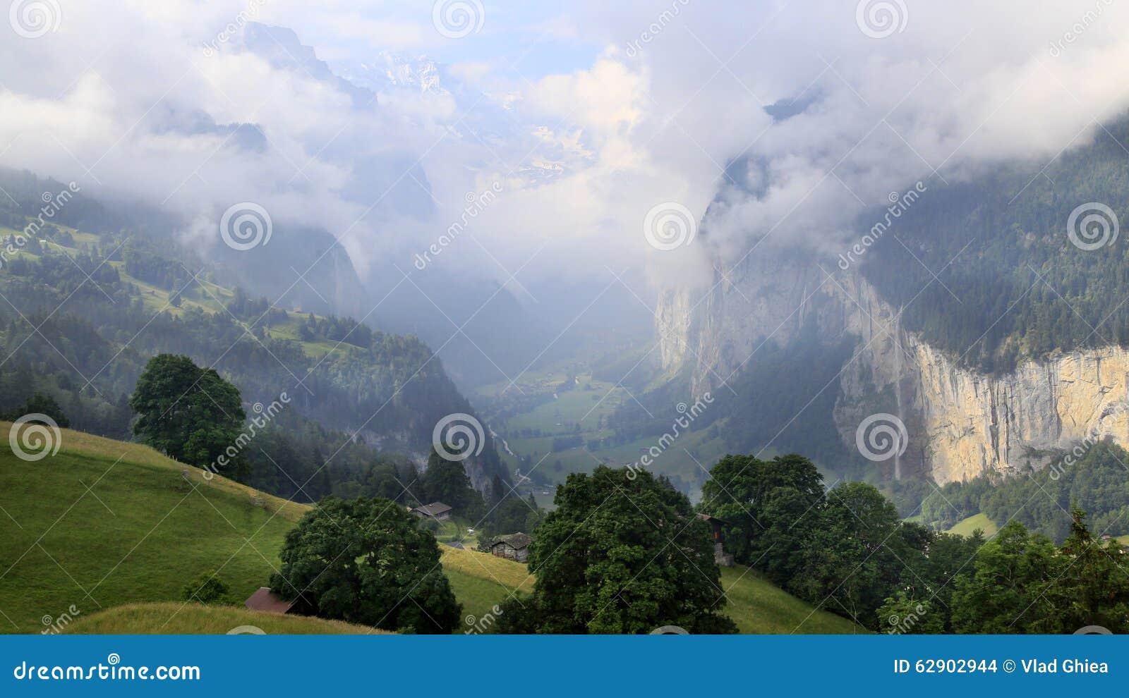 Le paysage renversant en vallée de Lauterbrunnen, Suisse, point de départ pour le train voyage dans la région de Jungfrau