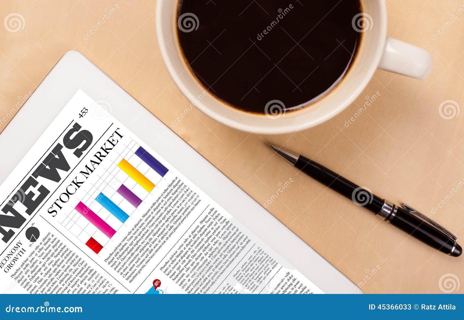Le PC de comprimé montre des actualités sur l écran avec une tasse de café sur un bureau