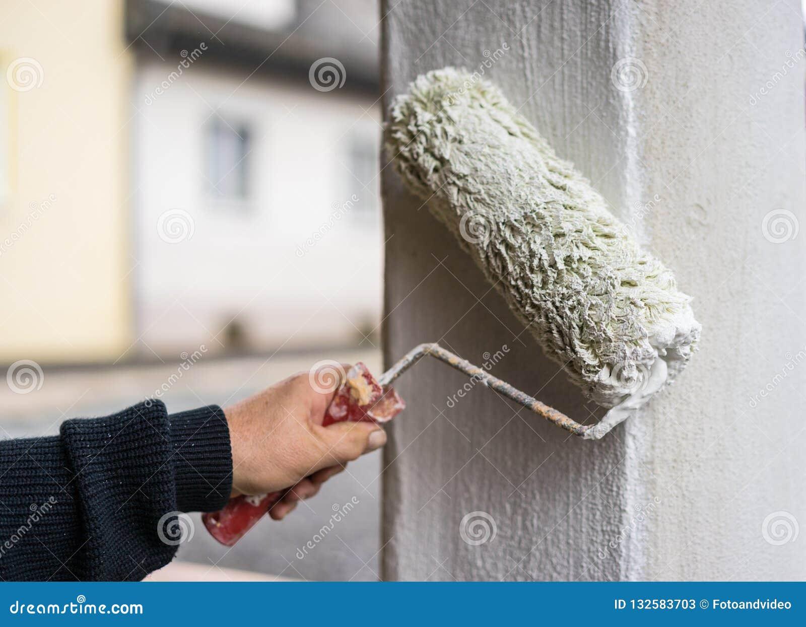 Maison Peinte En Blanc Exterieur le peintre peint le blanc de colonne, extérieur, vue de