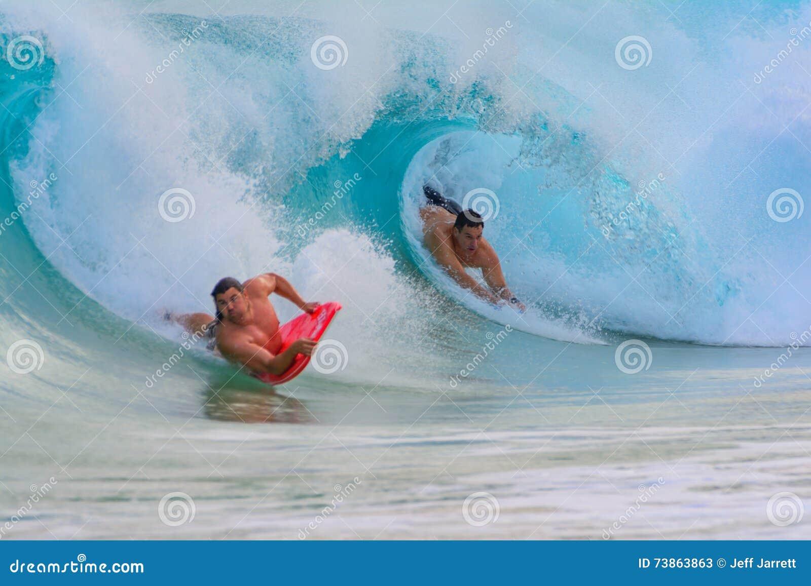 Le pensionnaire de boogie dans le tuyau comme vague se casse au-dessus de lui Sandy Be