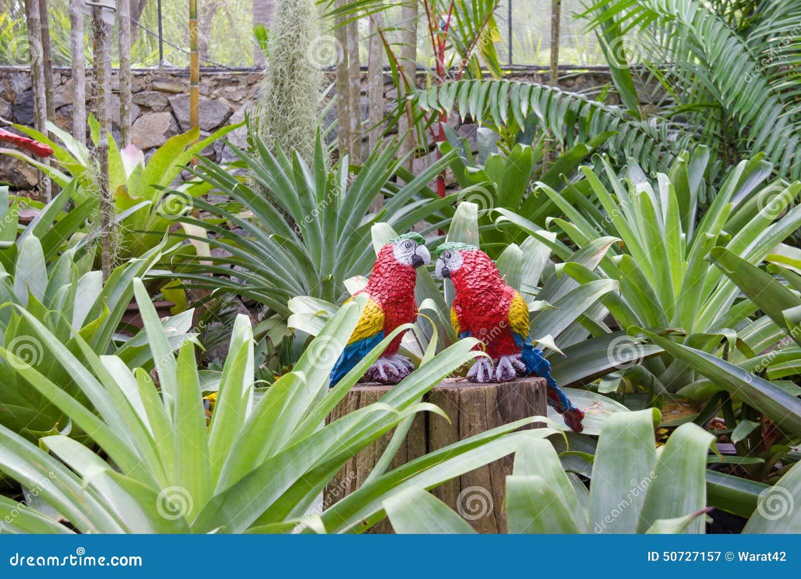 Le perroquet synth tique comme d coration de jardin dans for Decoration jardin tropical