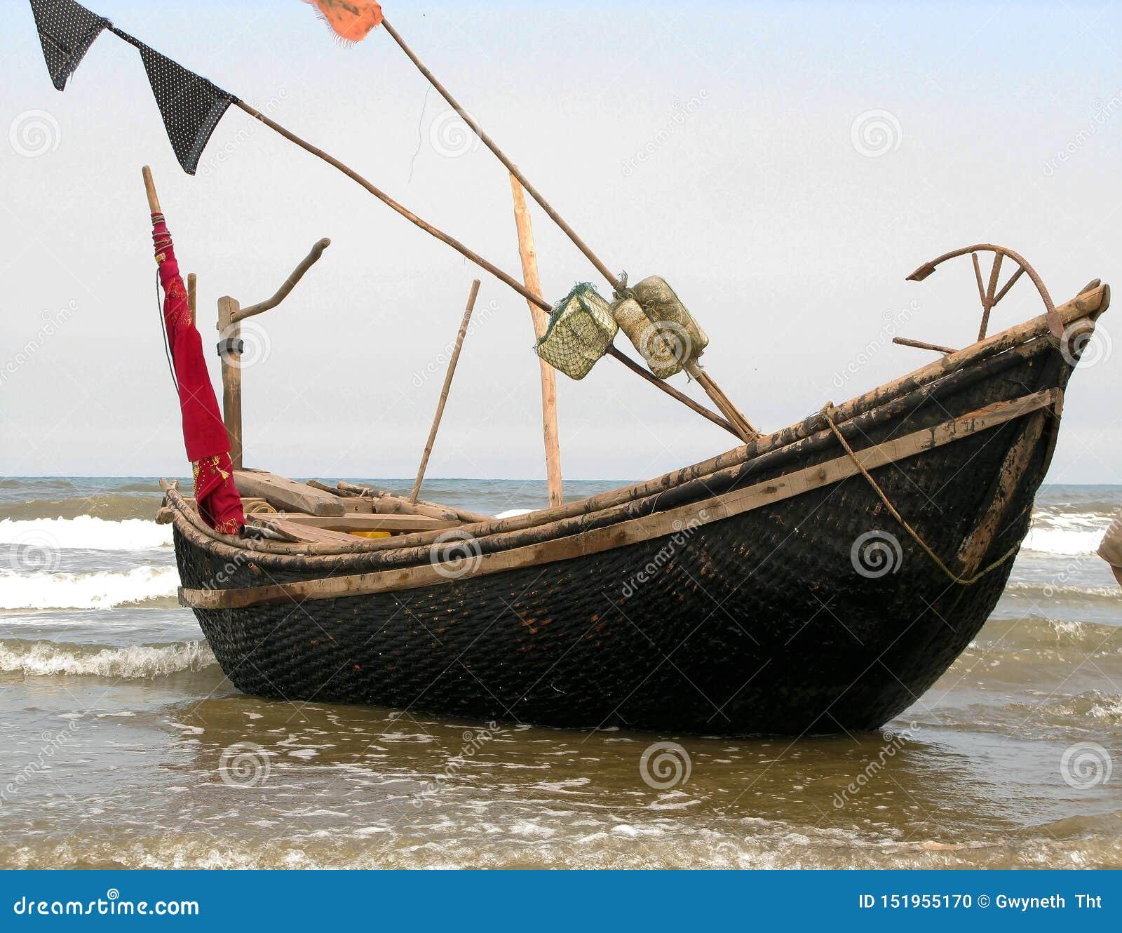 Le petit bateau sur la plage douce