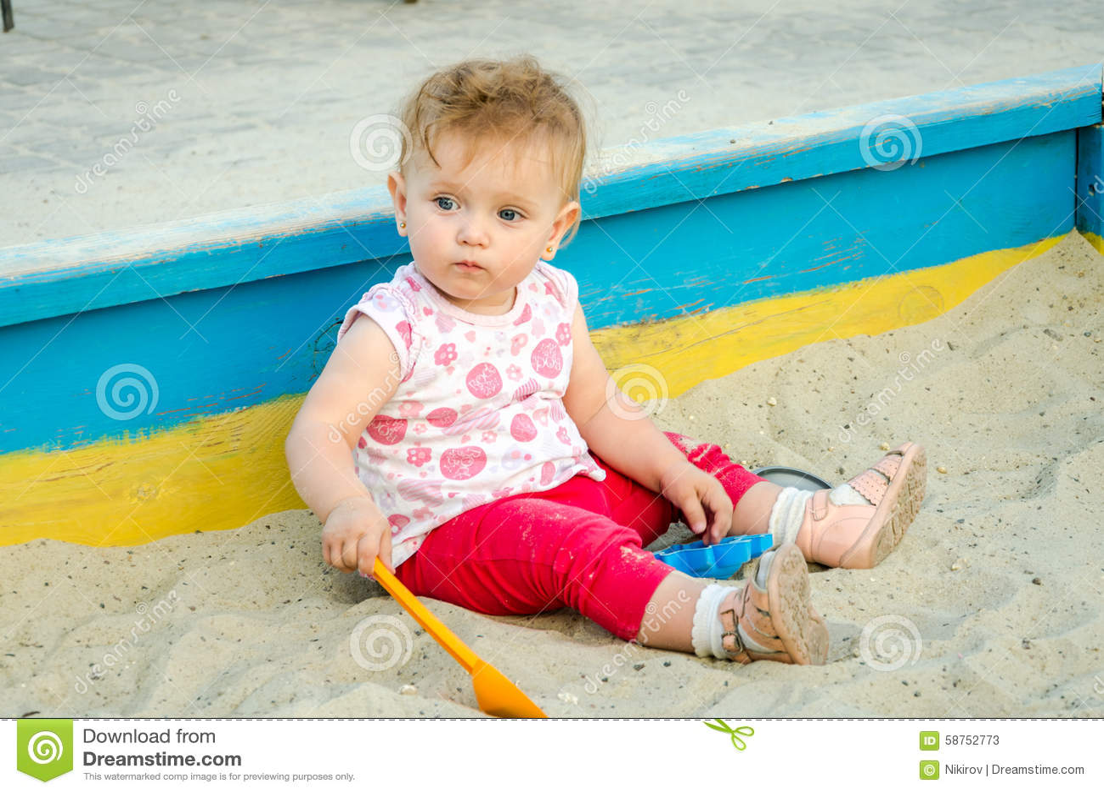 le petit beau jeu de b b de fille dans le bac sable et le sable joue sur le terrain de jeu. Black Bedroom Furniture Sets. Home Design Ideas