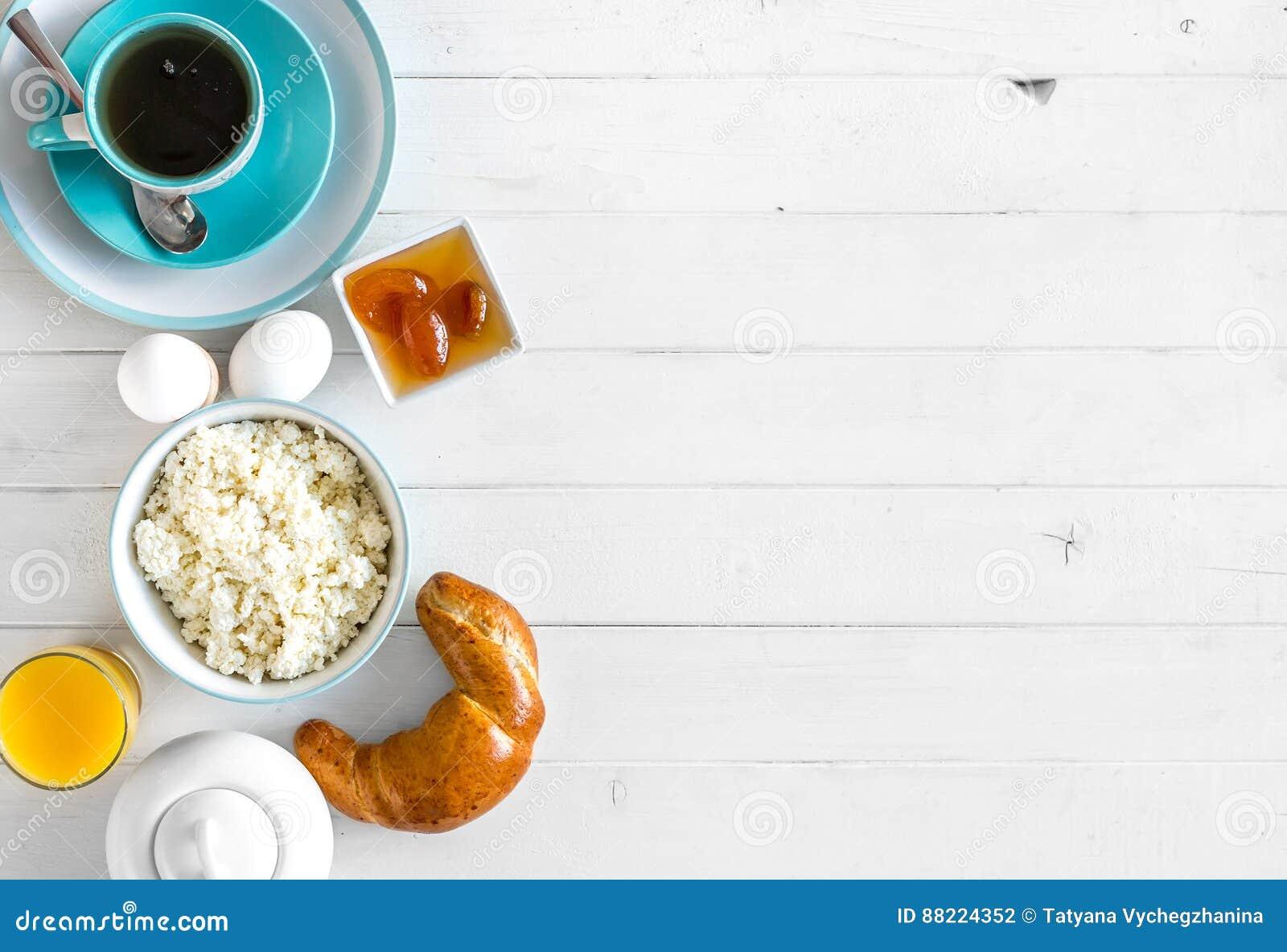 Le petit déjeuner délicieux avec le fromage blanc et le croissant, l espace  des textes supplémentaires est parti du côté, topview 87da4bb0246e