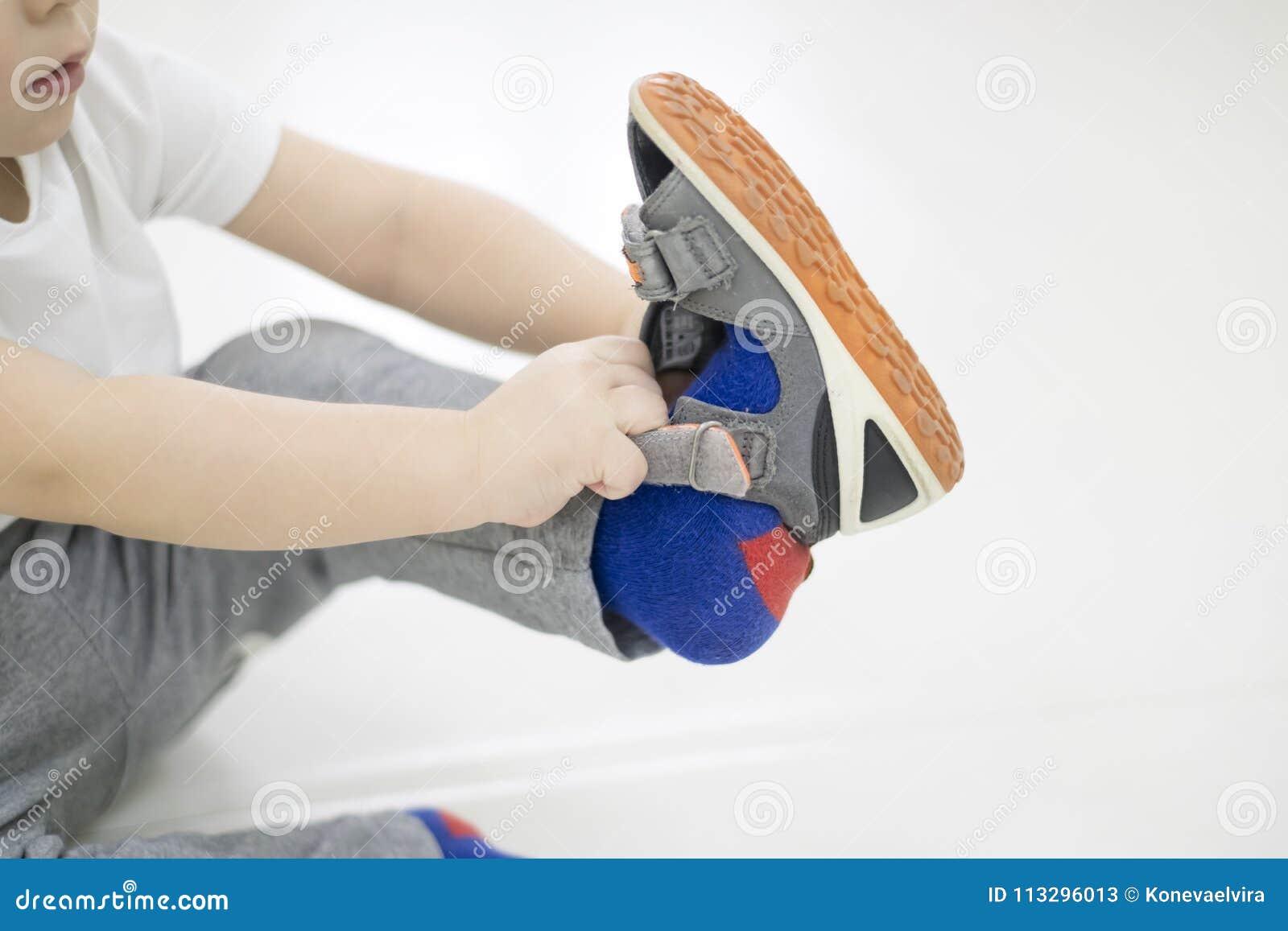 Mettre Fonction Ses En Chaussures Le Bébé Enfant Essaye Petit De SqIwRHfU