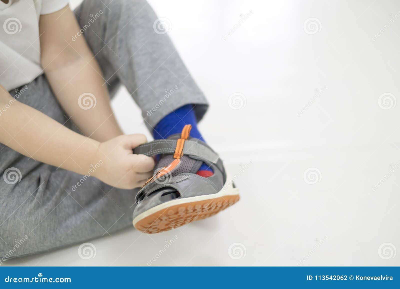 Bébé Petit De Le En Mettre Enfant Ses Fonction Chaussures Essaye Aqxzd