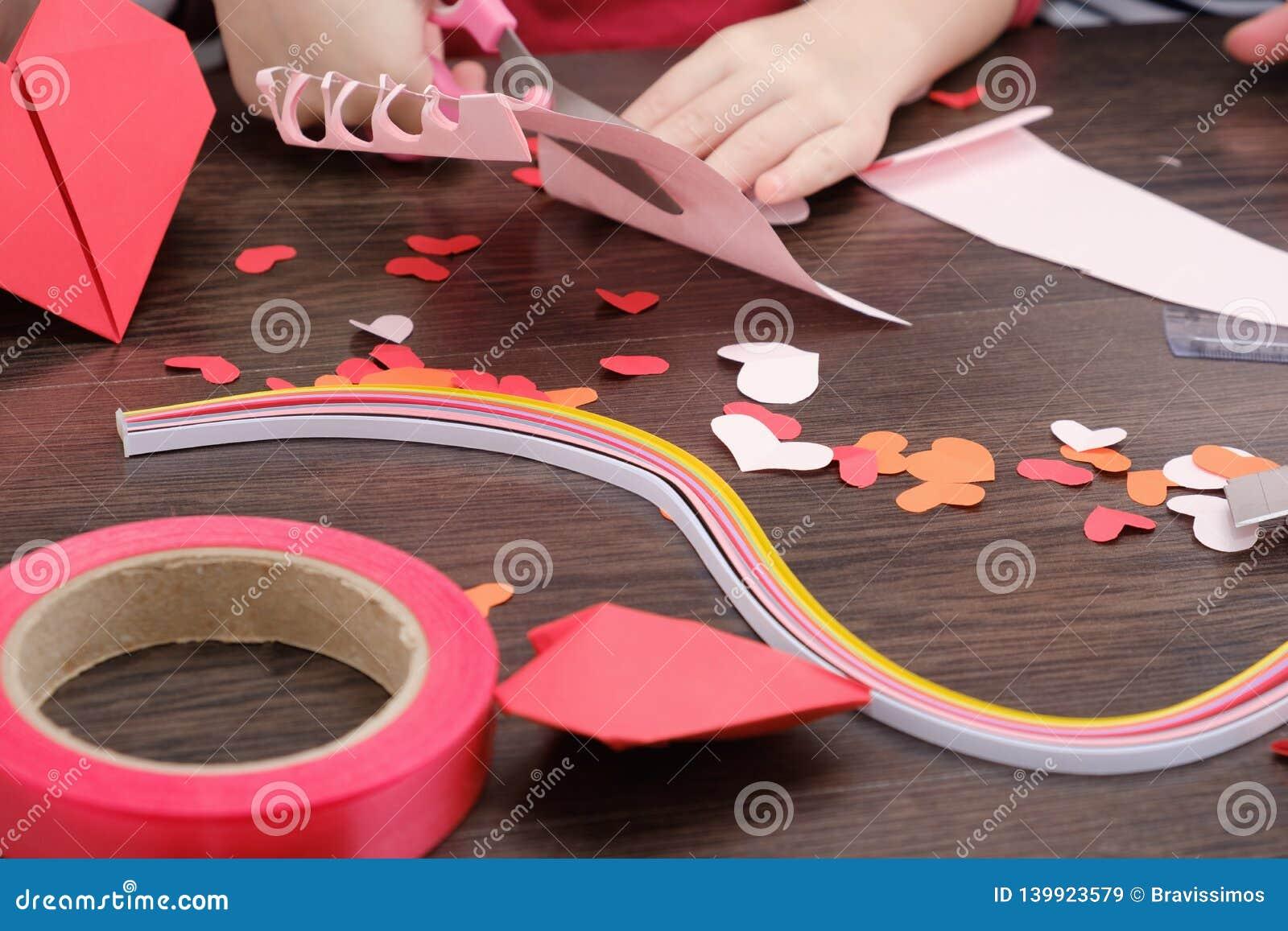 Le petit enfant a fait une maison avec l ornement de coeurs du feutre Matériaux et outils pour faire des ornements de feutre Comm