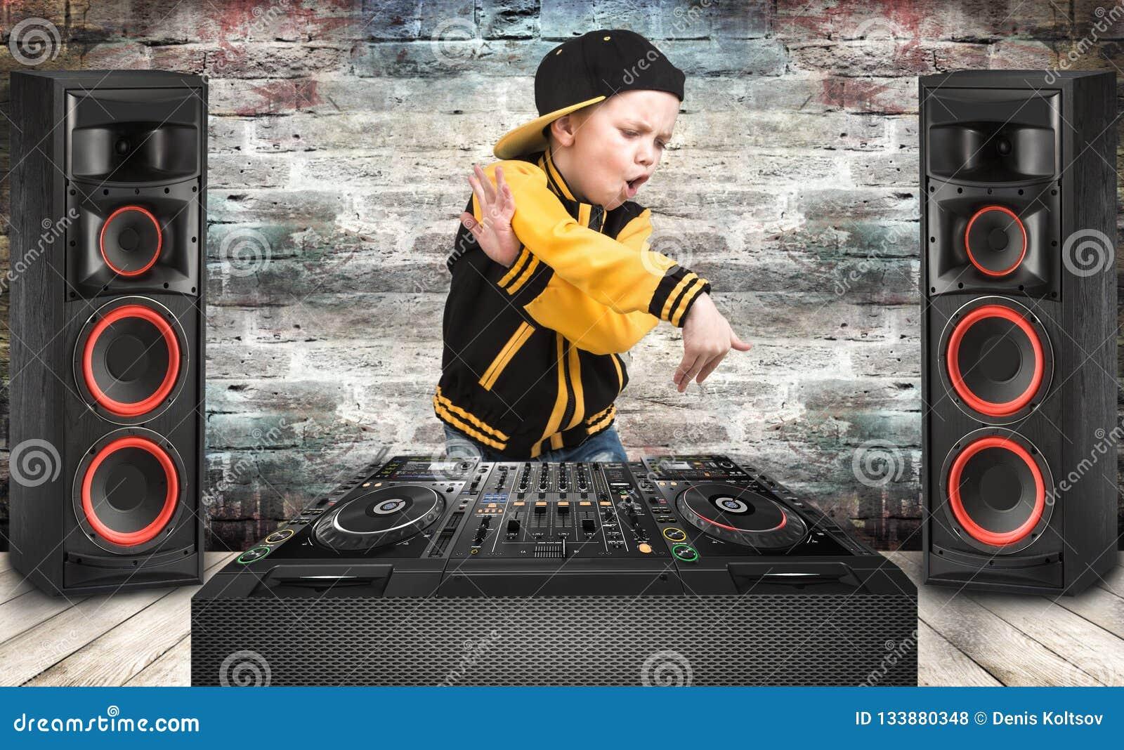Le petit garçon dans le style du hip-hop Refroidissez le coup sec et dur DJ Mode du ` s d enfants Chapeau et veste Le jeune frapp