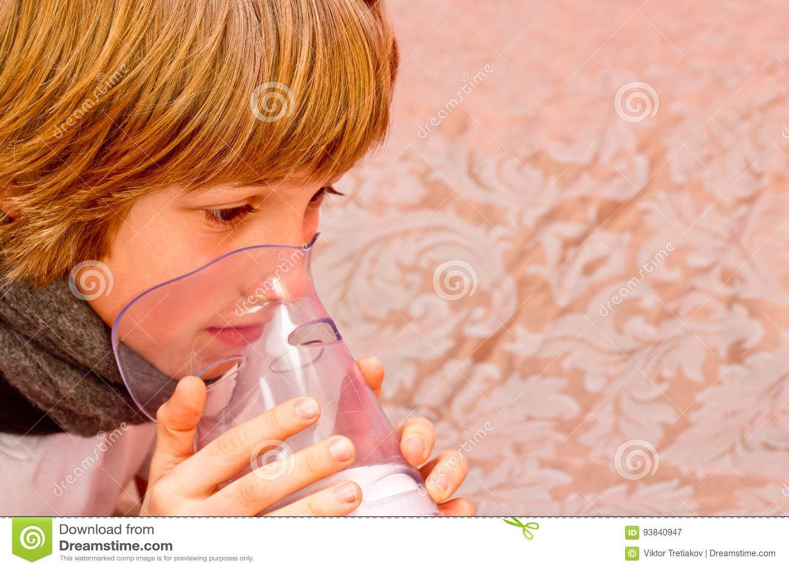 Le Petit Garcon Fait L Inhalation A La Maison Prenant Le Medicament Aux Tubes Bronchiques Tube Image Stock Image Du Medicament Tube 93840947