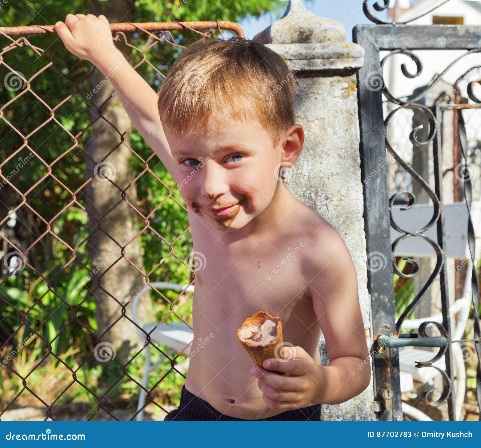 Le petit garçon mange de la glace
