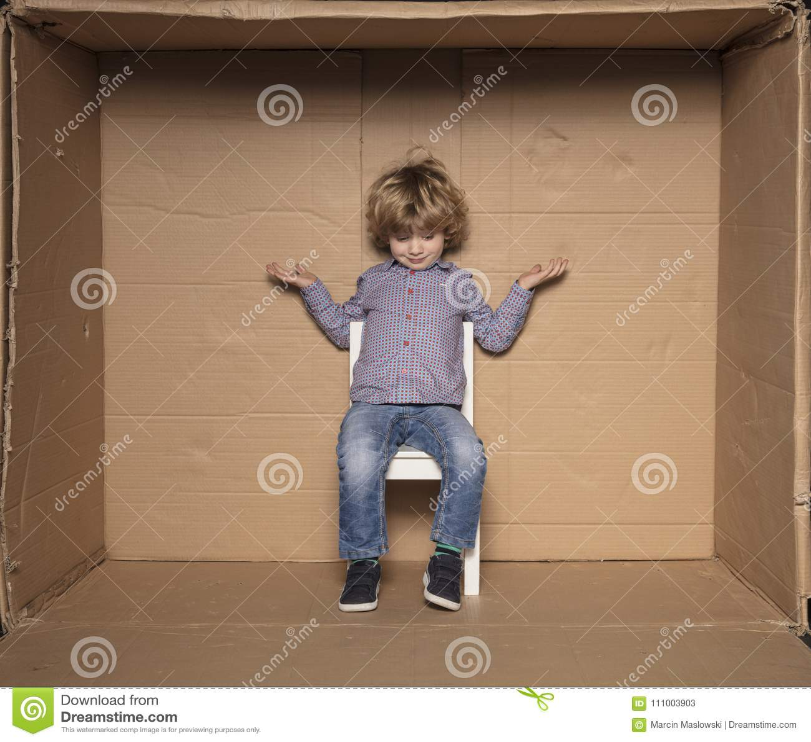 Le petit homme d affaires répand ses mains, un avenir inconnu