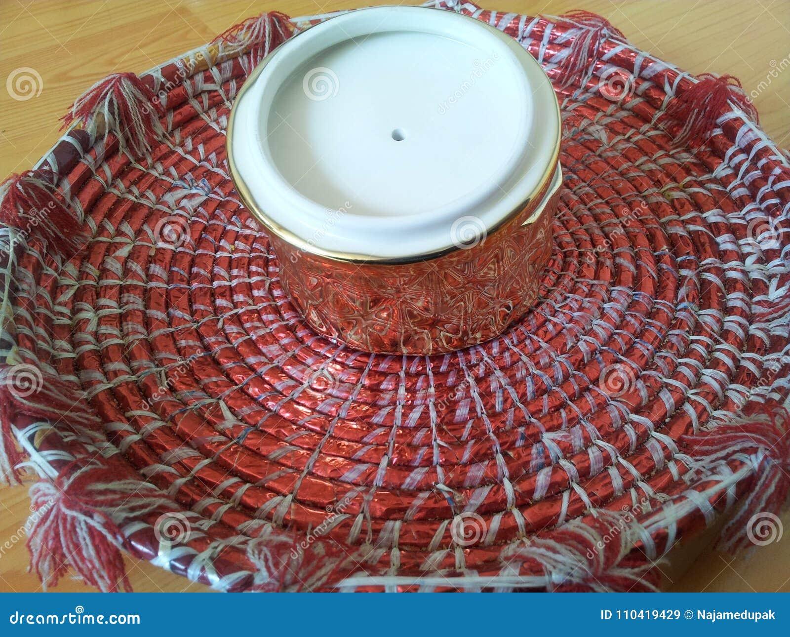 Le Petit Pot En Ceramique D Or Decoratif Avec Le Couvercle De