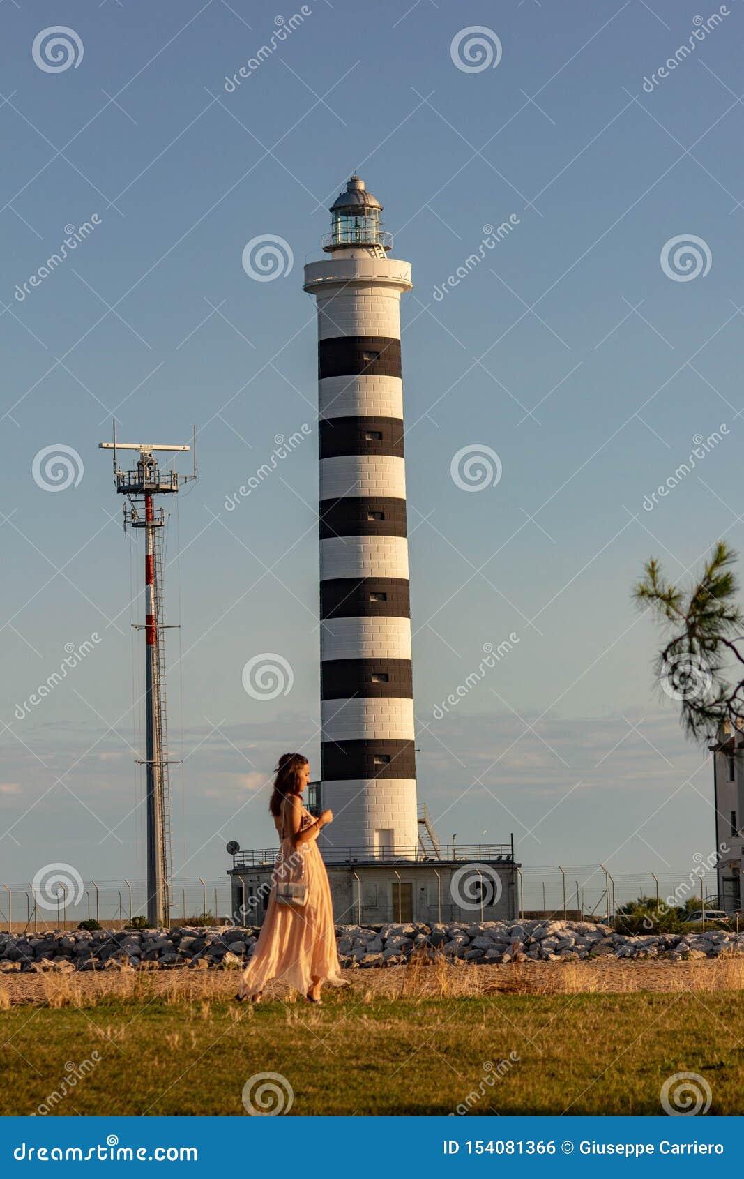 Le phare de Piave Vecchia est situé à la bouche du Sile, a appelé, avec précision, le port de Piave Vecchia, dans le municipa