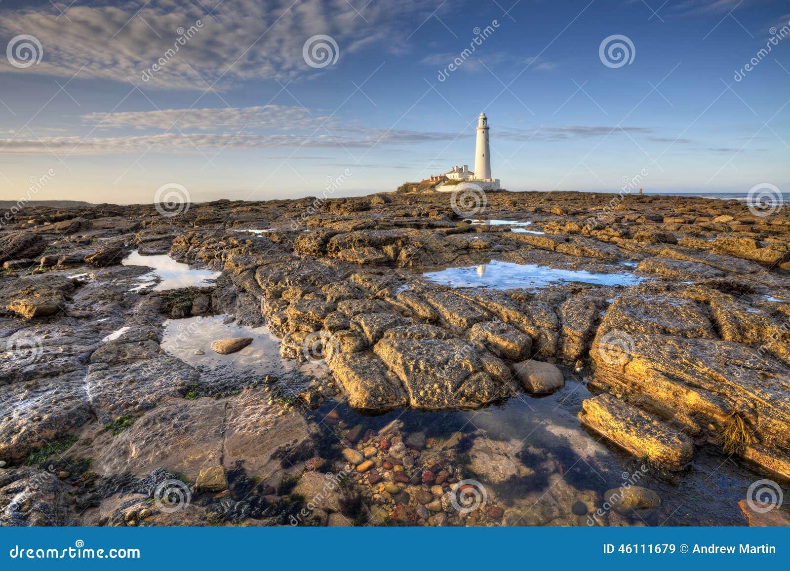 Le phare de St Mary près de Whitley Bay dans le Northumberland au sunse