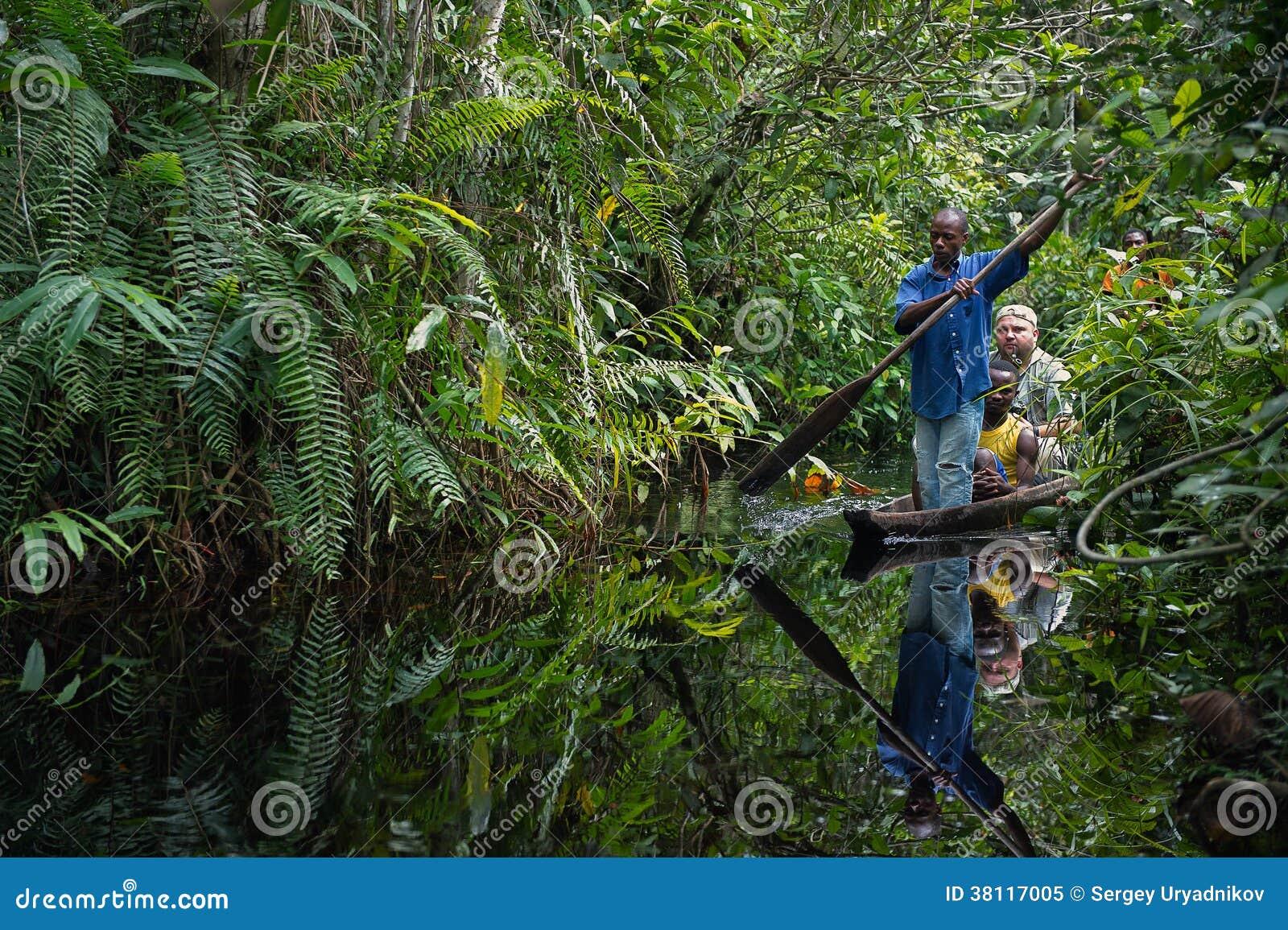 Le photographe de touristes blanc voyage sur une pirogue.