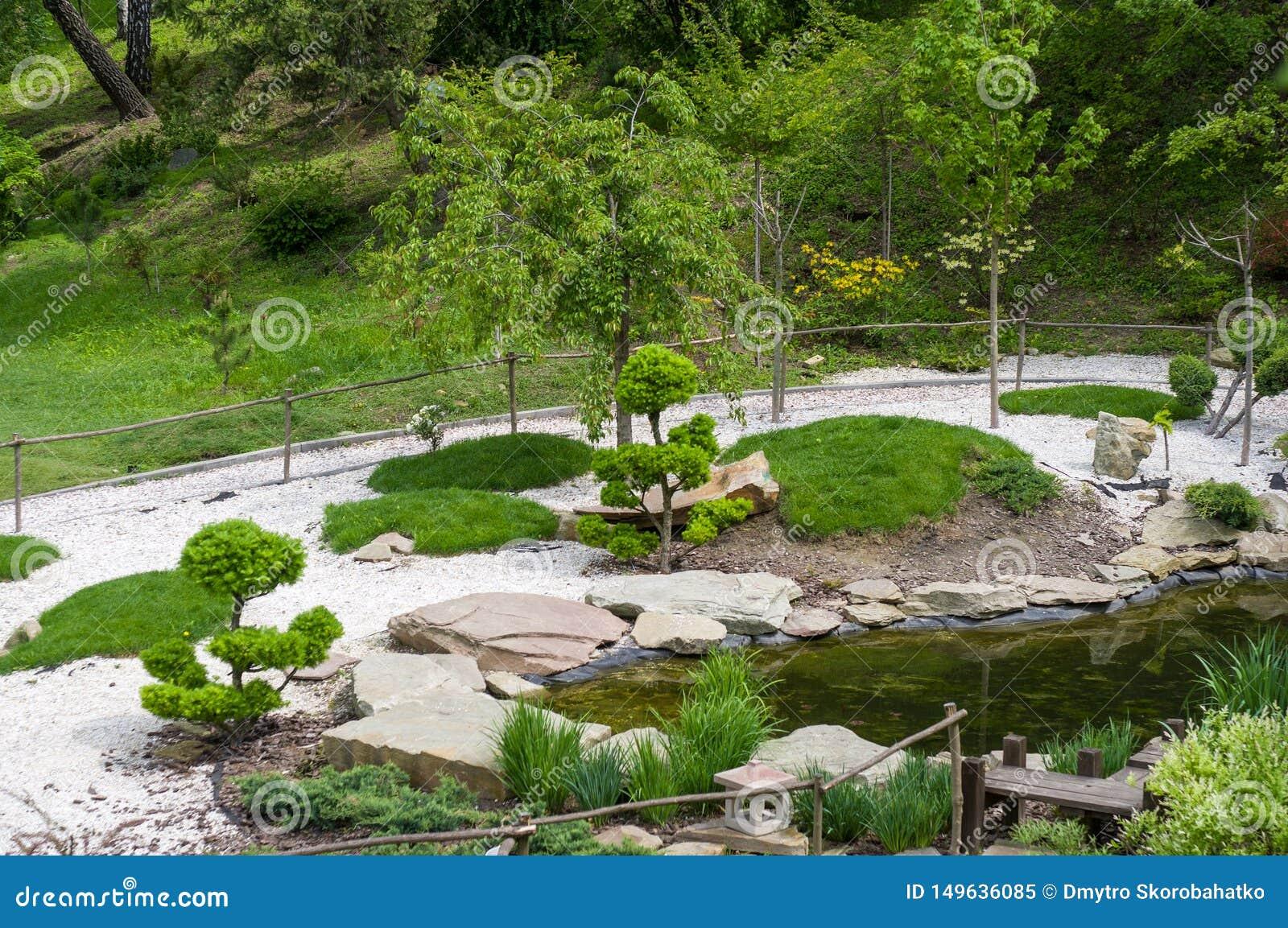 Le pietre, gli stagni e gli alberi decorativi sono installati nello stile giapponese Giardino botanico di Kyiv