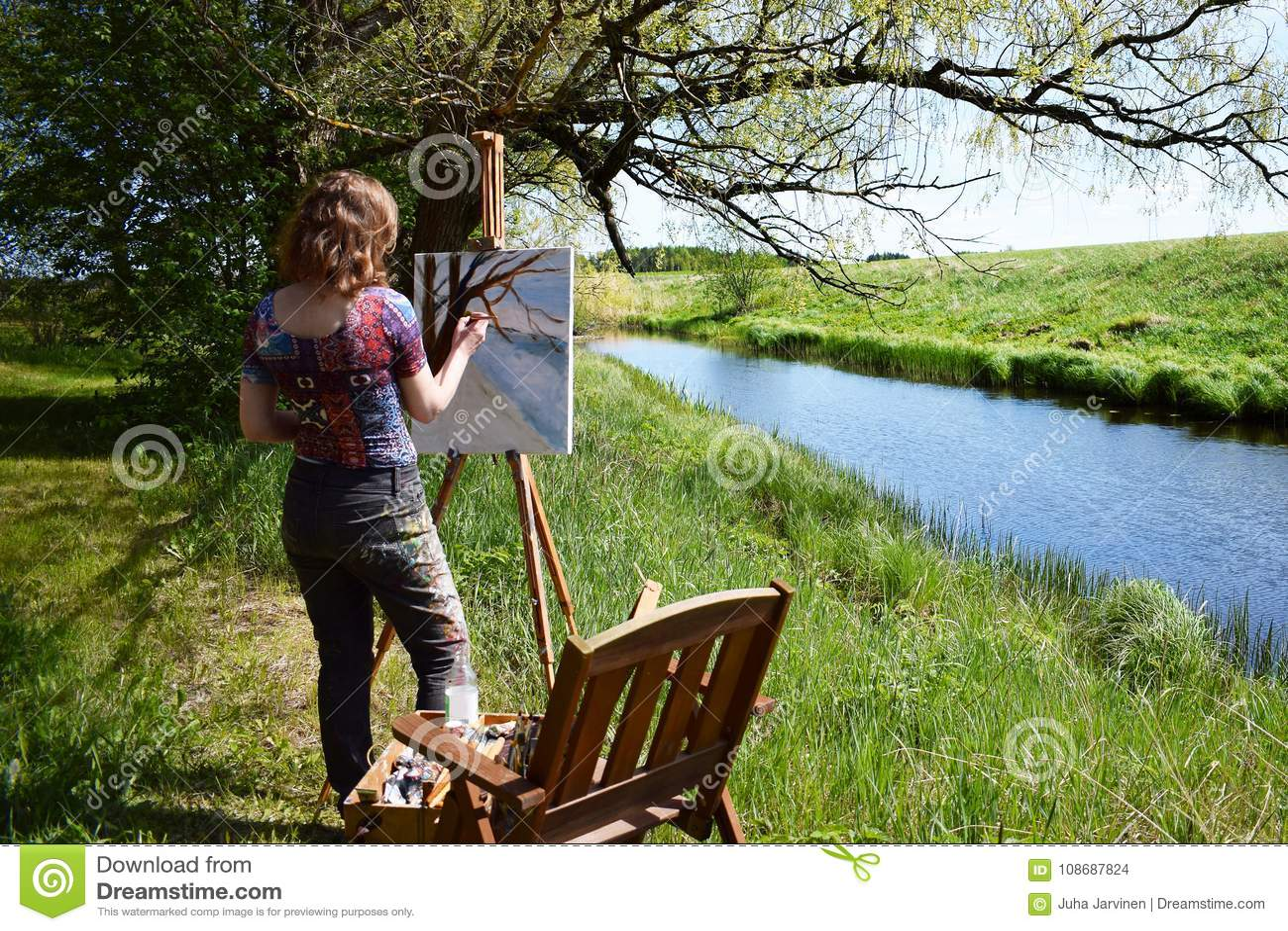 Le pitture dell artista della donna abbelliscono la pittura di piccolo fiume
