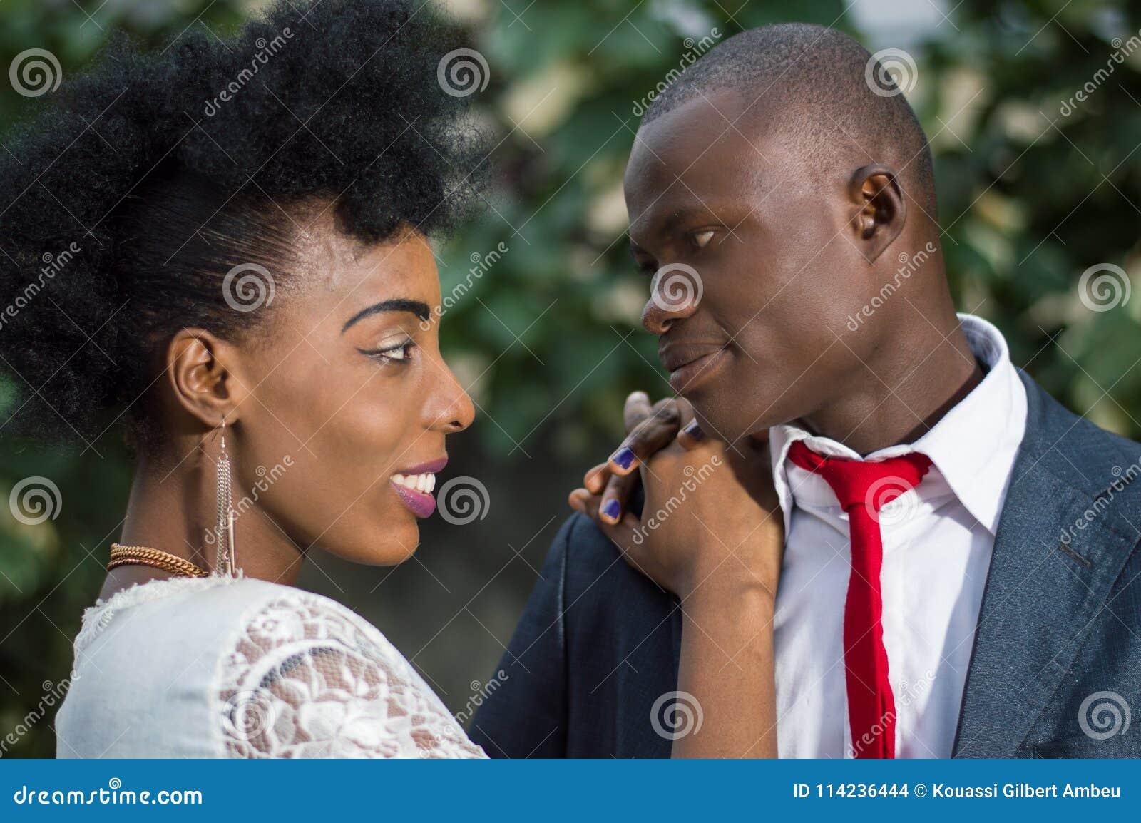 Le plan rapproché de jeunes couples dans l amour face à face et regardant dans l un l autre le ` s observe