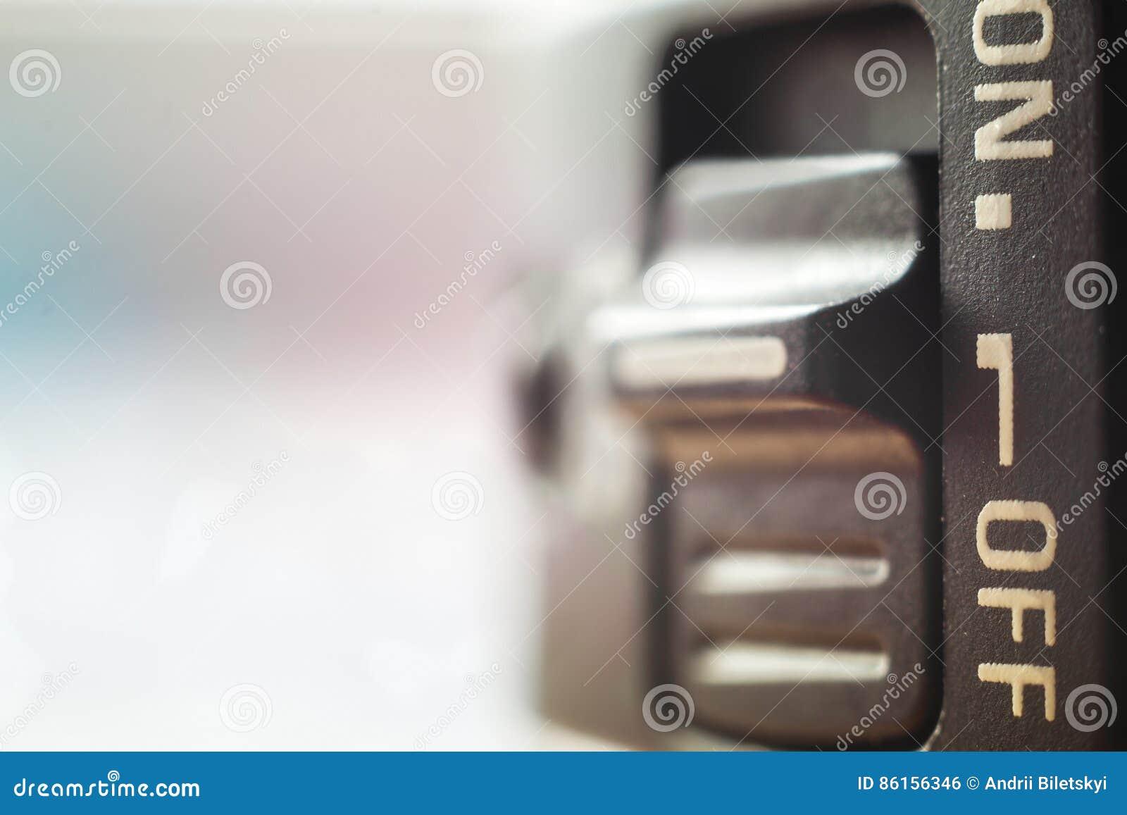 Le plan rapproché de peu d interrupteur on/off avec le doux a brouillé le fond